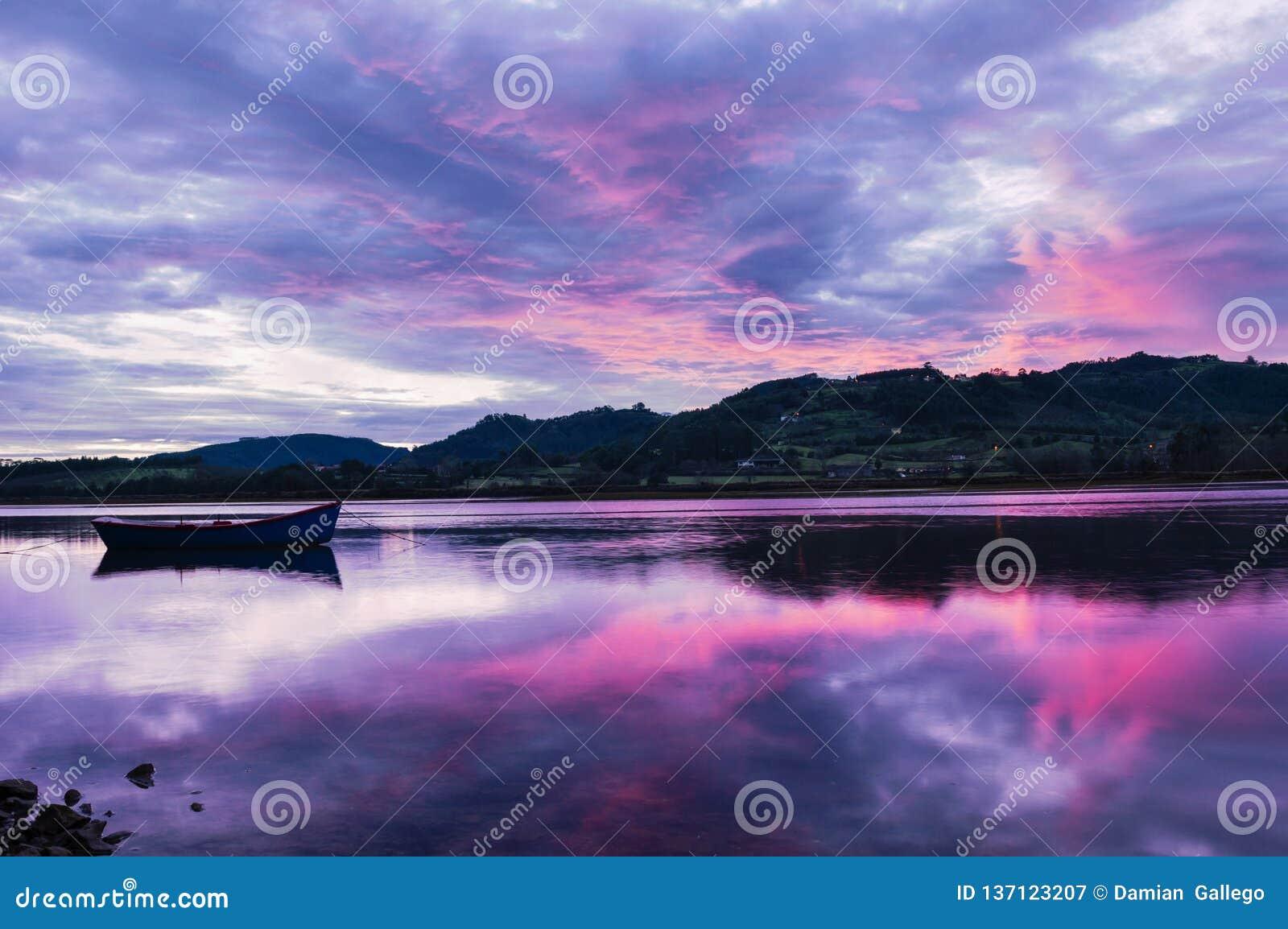 Landschap van Asturias, Spanje Bezinning van Enige Boot