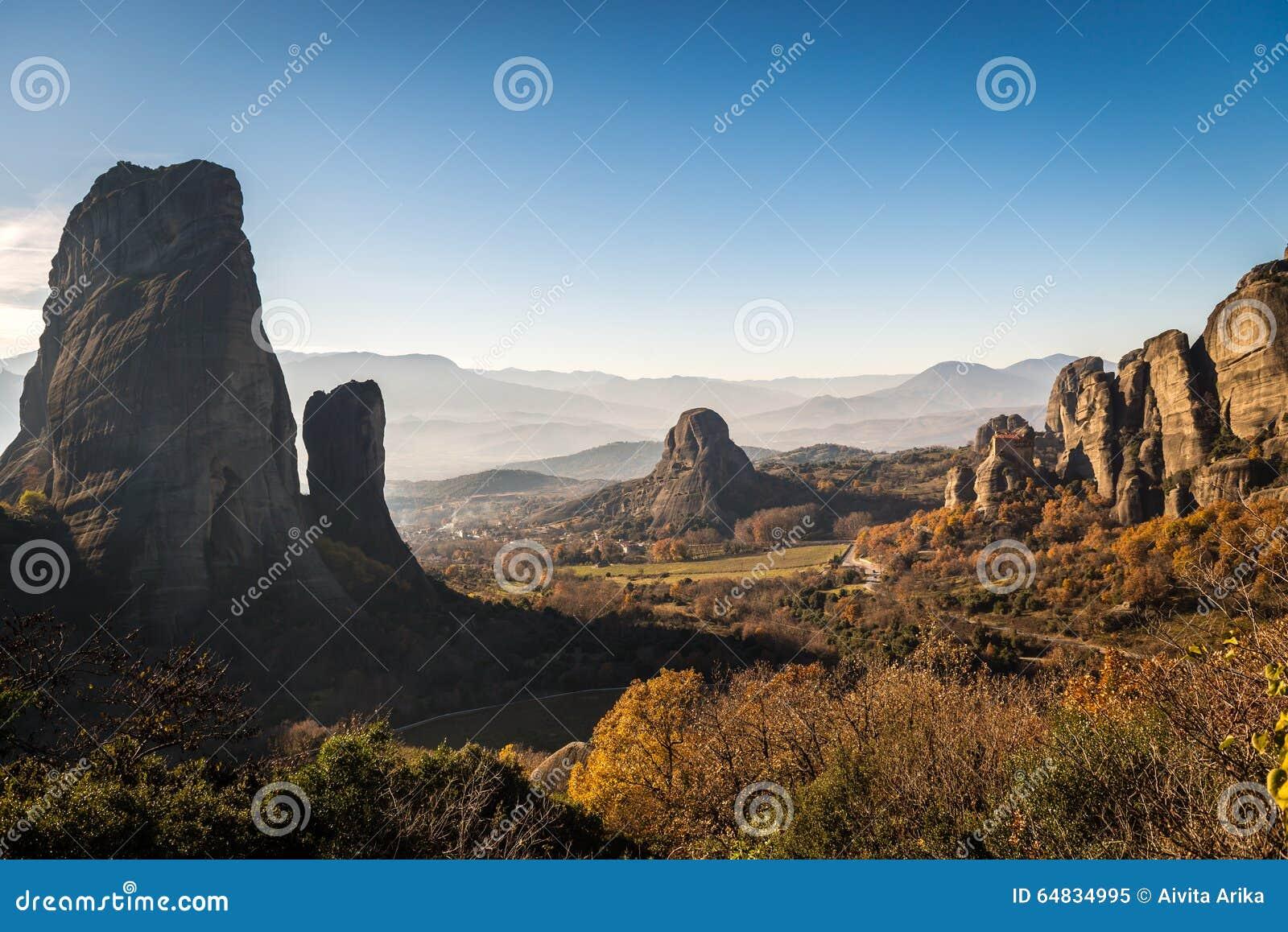 Landschap van bergen rond Meteora, Griekenland in zonlicht