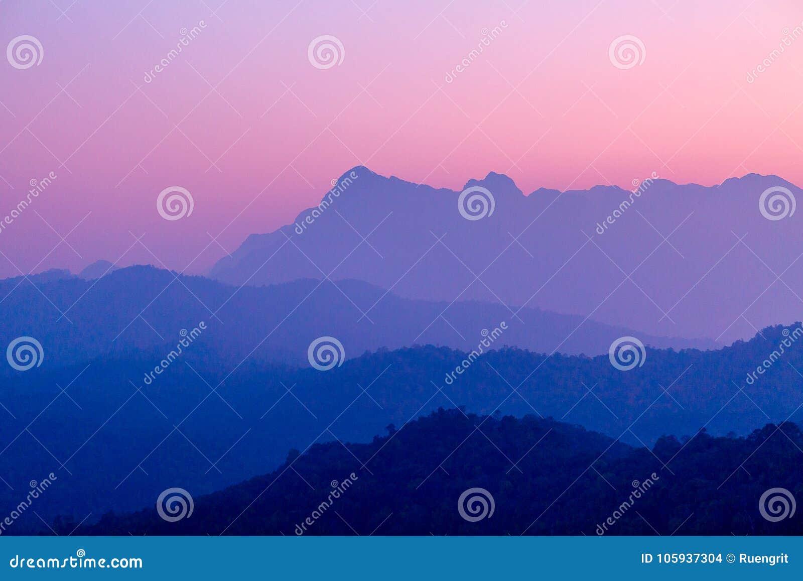Landschap van berglaag in van de ochtendzonsopgang en winter mist