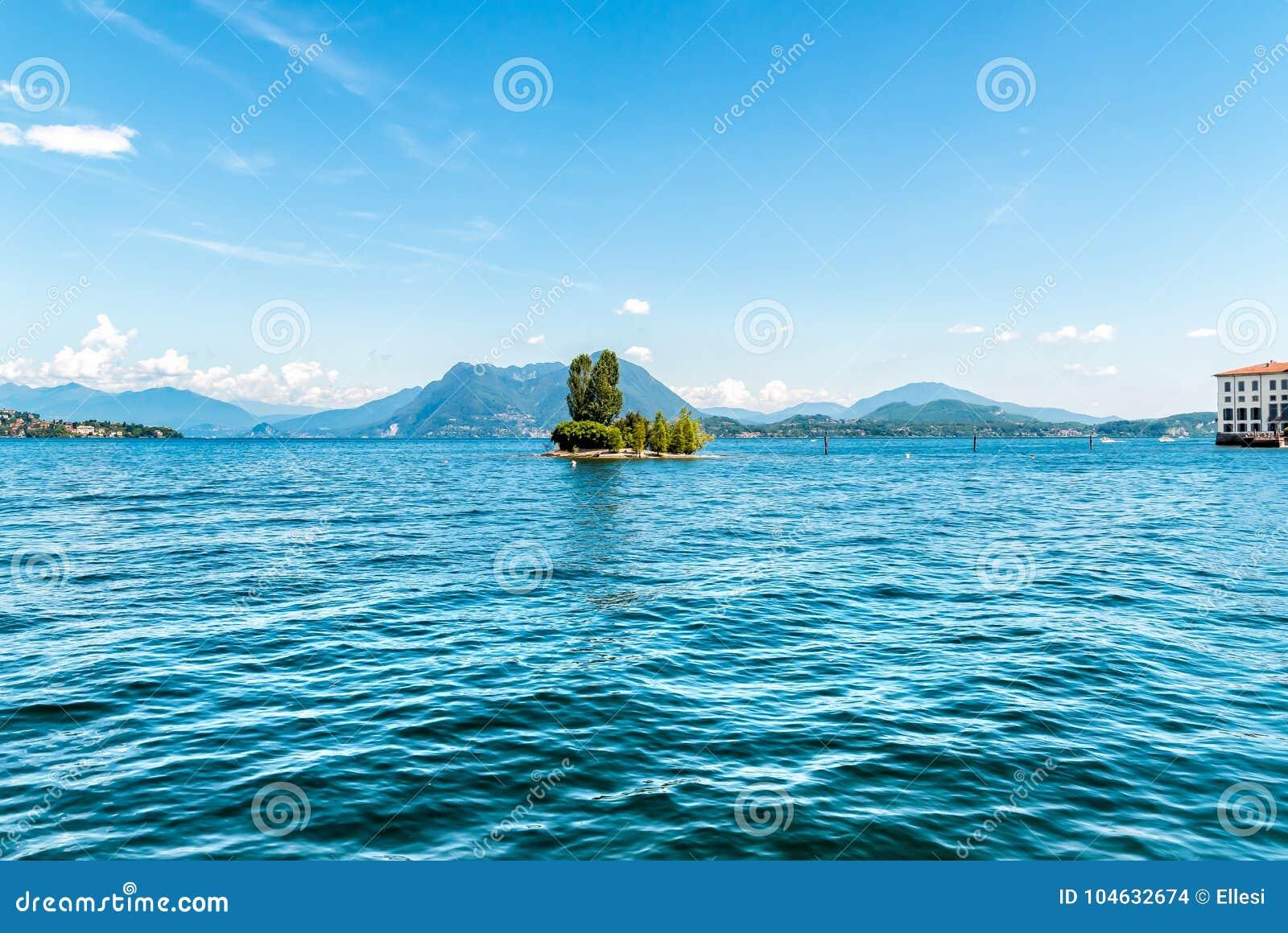Download Landschap Van Meer Maggiore, Strasa, Italië Stock Foto - Afbeelding bestaande uit hemel, bella: 104632674