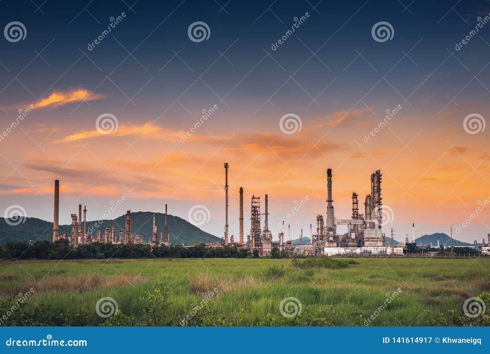 Landschap van olie en gasraffinaderij productieinstallatie , Petrochemische of chemische distillatieprocédé gebouwen , Fabriek va