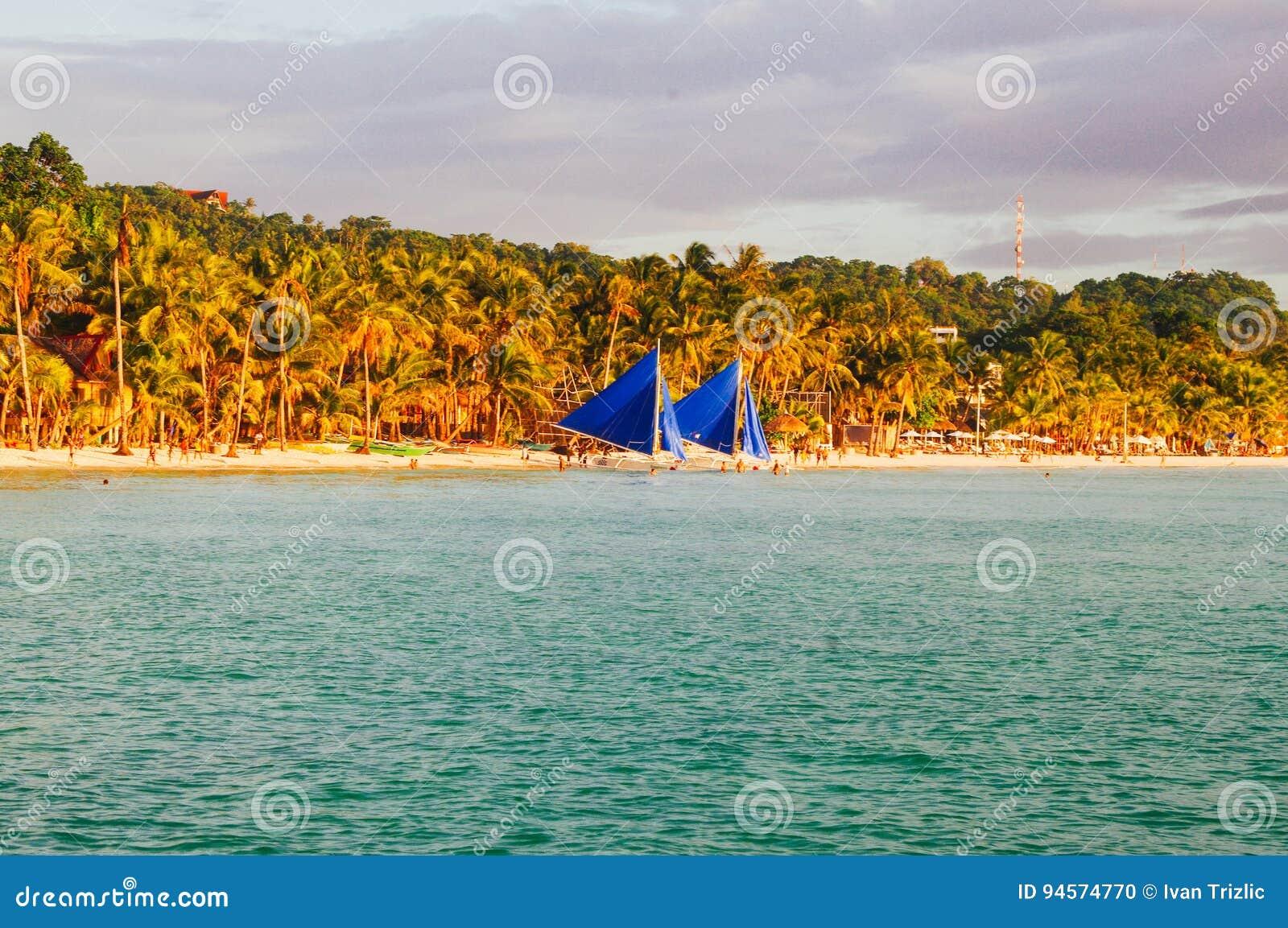 Landschap van paradijs tropisch eiland met palmen en wit zandstrand toeristenvlek in Azië Filippijnen