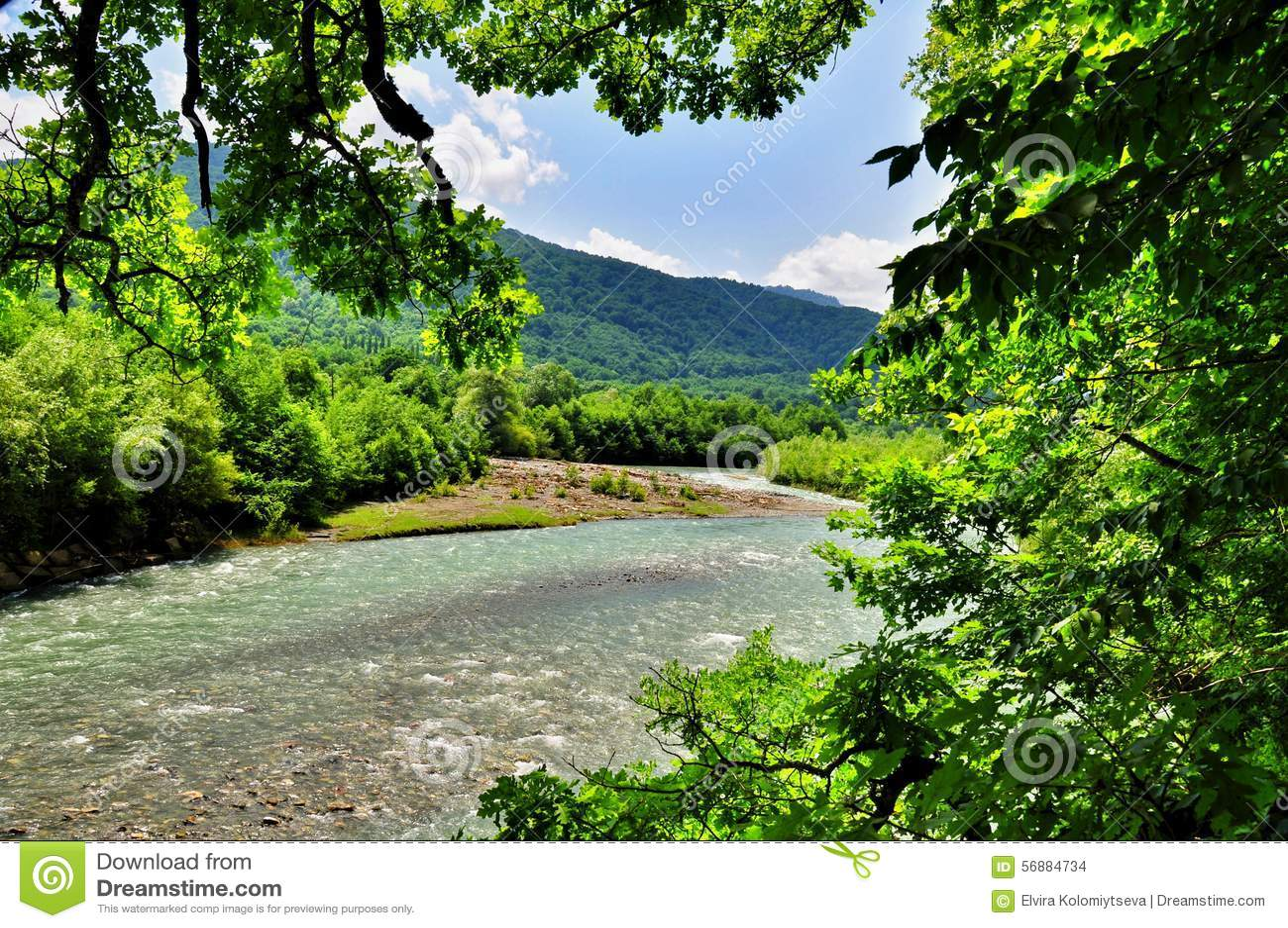 Landschap van snelle rivier Malaya Laba