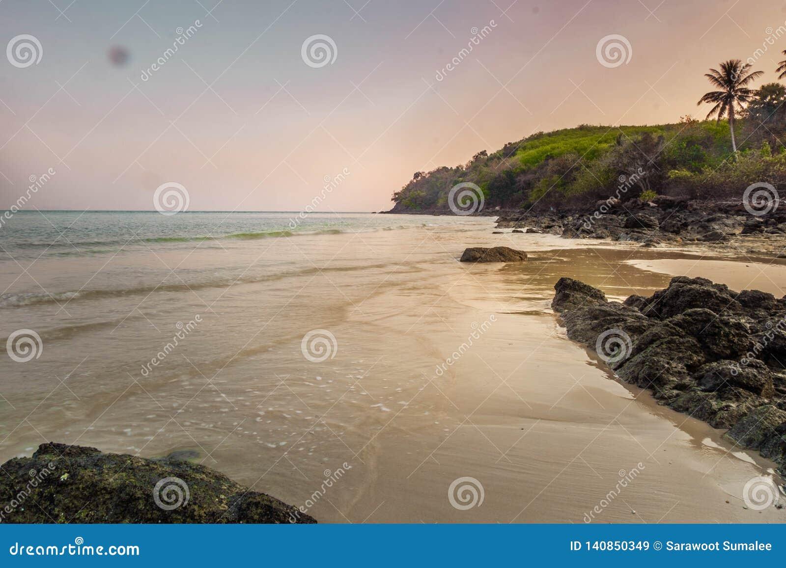 Landschap van stil strand in overzees Zuid-Thailand, Phang Nga, Thailand