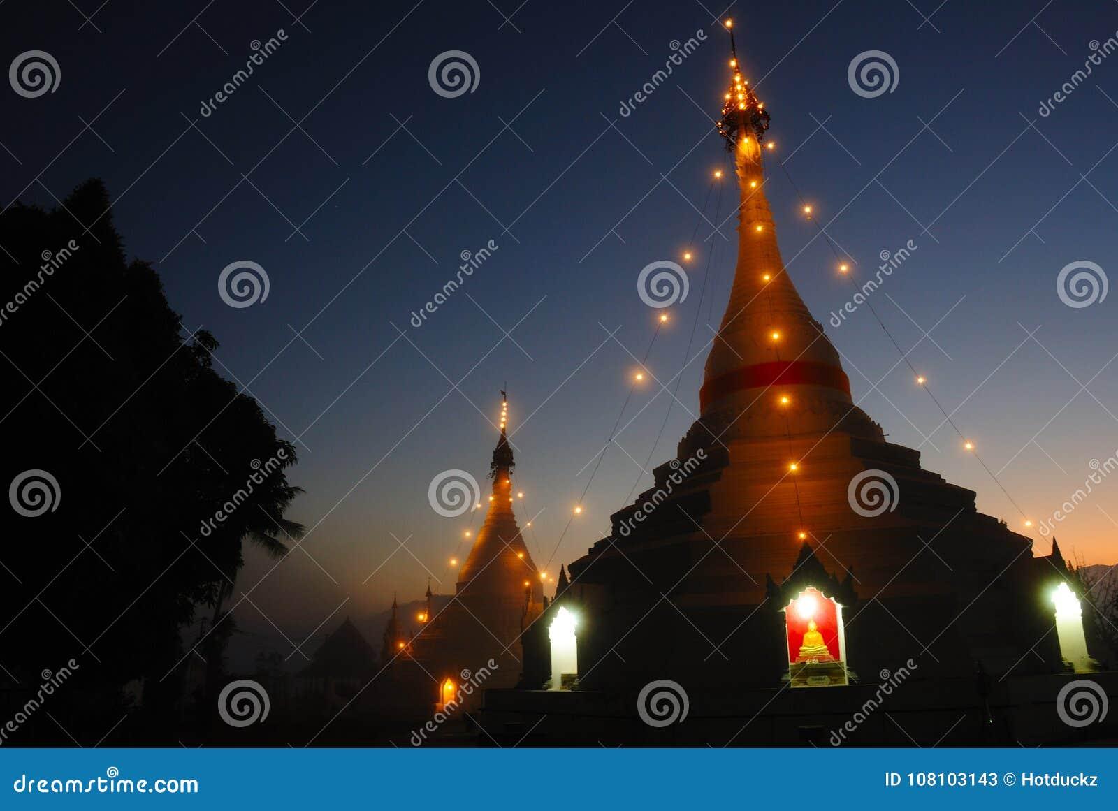 Landschap van witte pagode in schemeringtijd