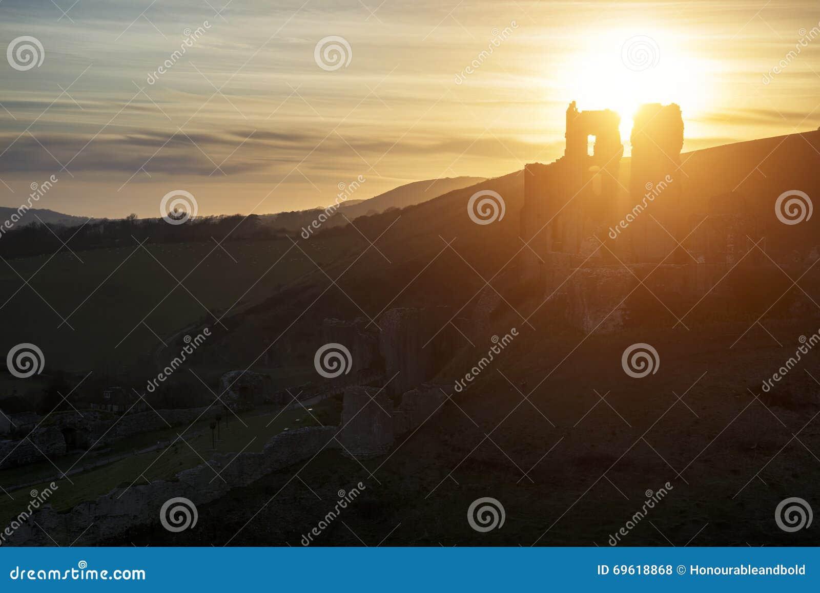 Landschapsbeeld van de mooie ruïnes van het fairytalekasteel tijdens beaut