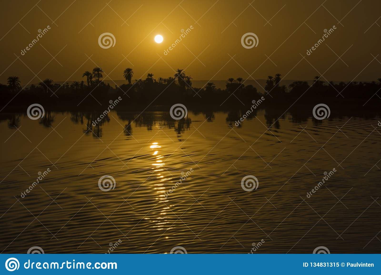 Landschapsmening van grote rivier Nijl in Egypte bij zonsondergang