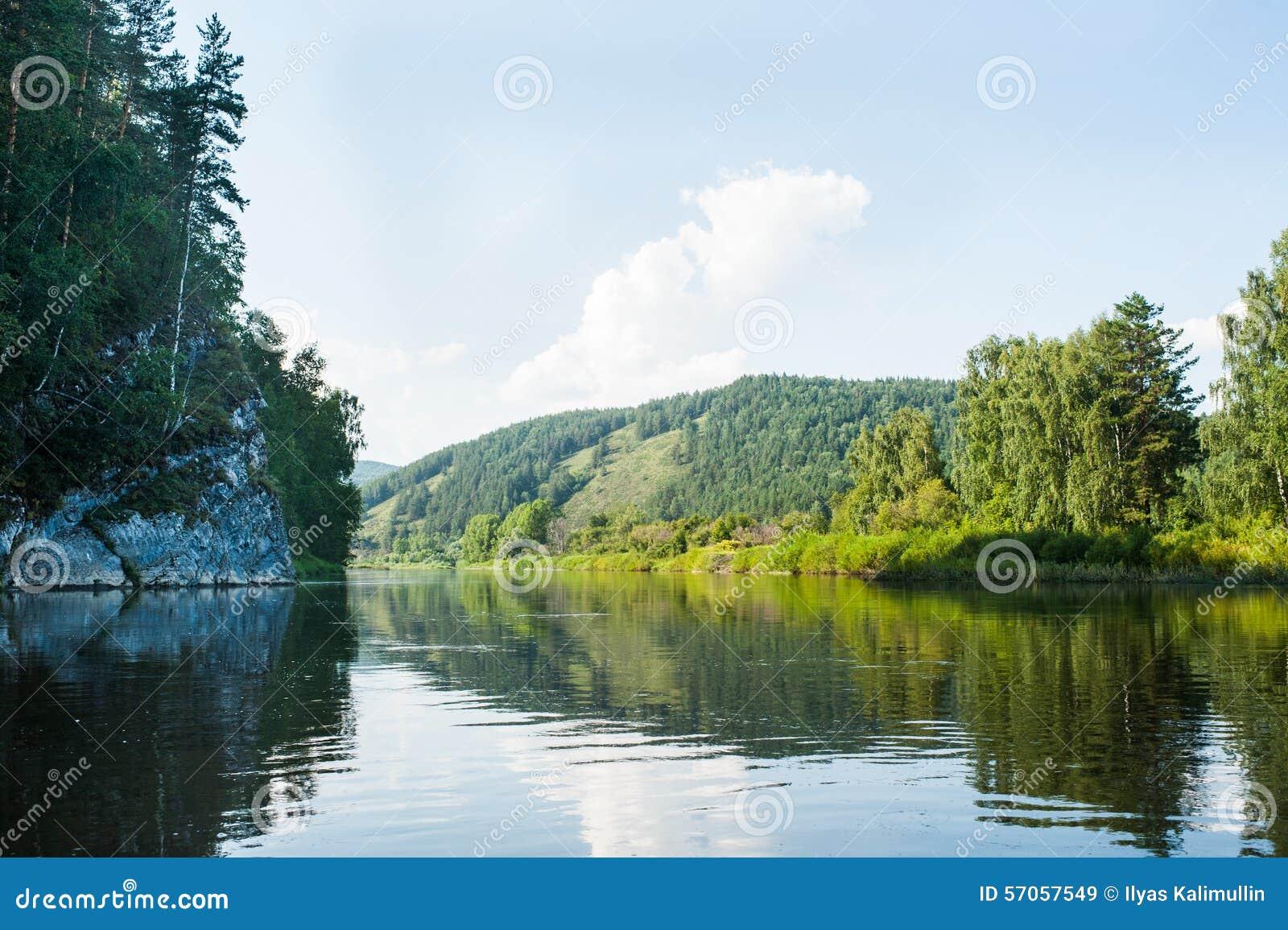 Landschapsmening van rivier Belaya