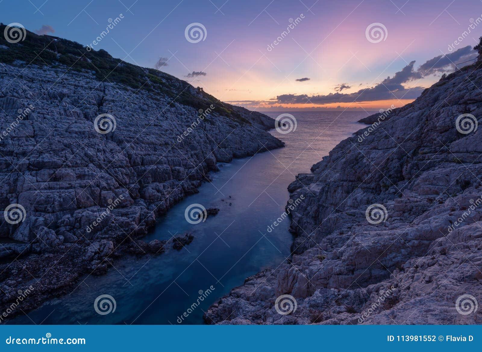 Landschapsmening van rotsachtige vormingen Korakonisi in Zakynthos, Griekenland Mooie de zomerzonsondergang, prachtig zeegezicht
