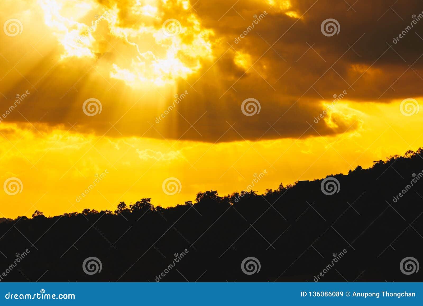 Landschapssilhouet, zonnestraal in de bergen