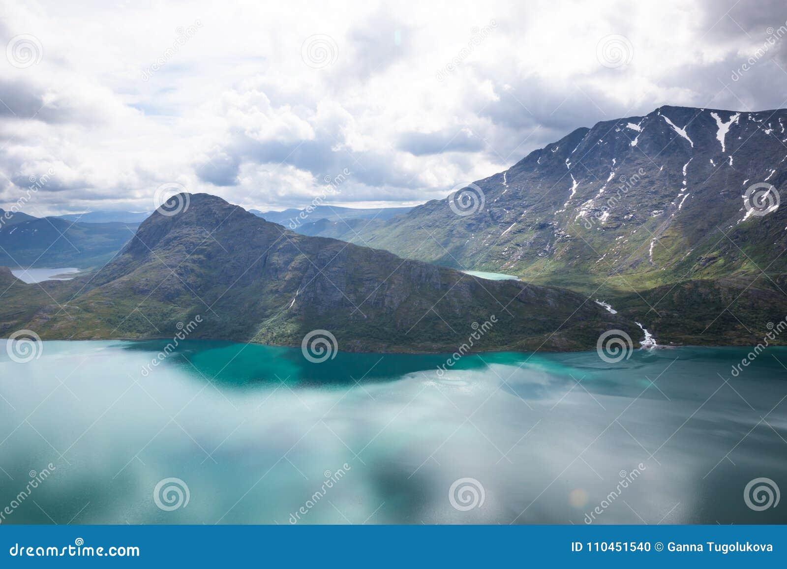 Landskap av Besseggen Härlig blå sjö och bra väder i Norge
