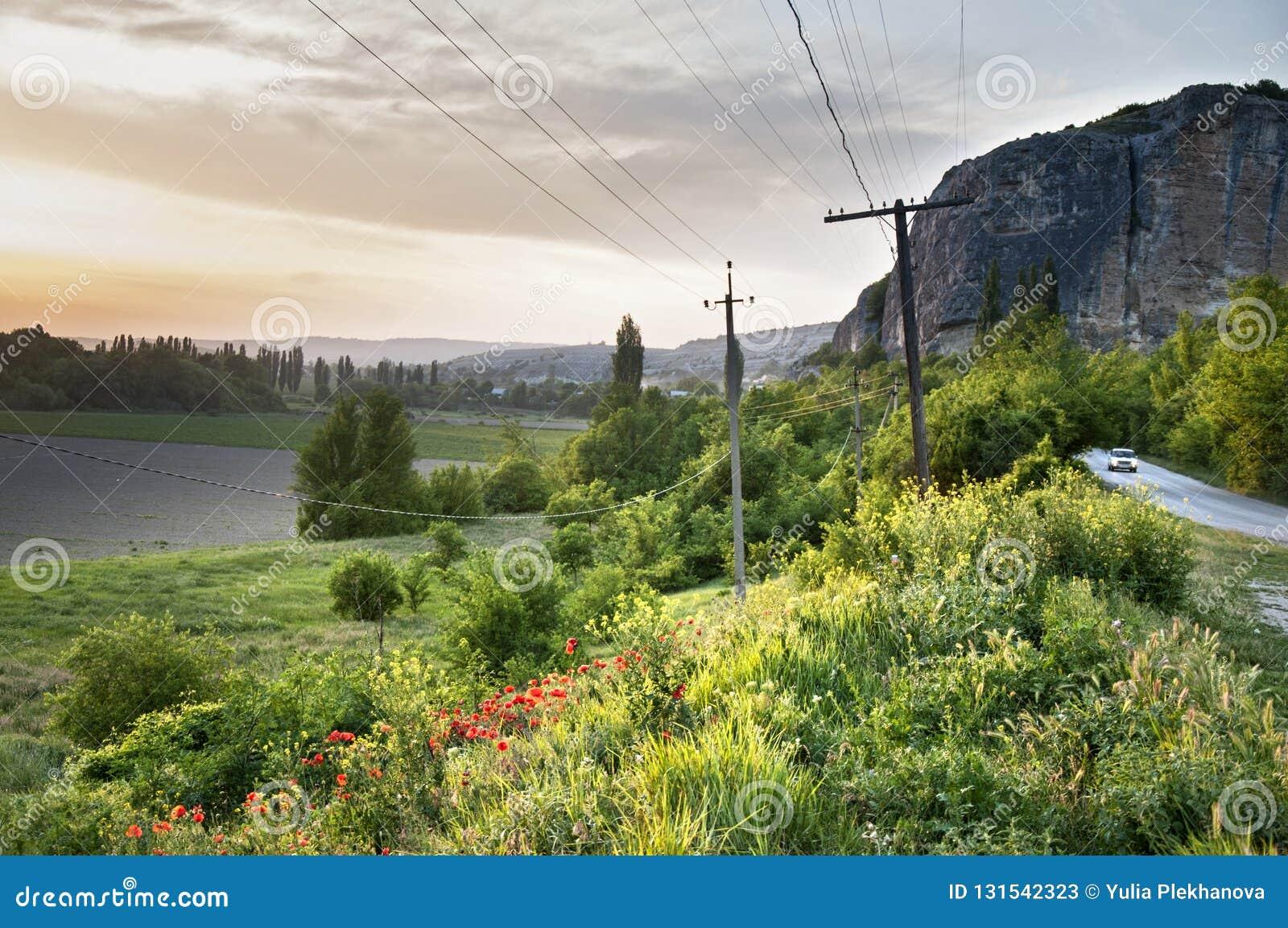 Landskap av den bergiga Crimeain vårtiden Beskåda nästan grottastaden av Kachi Kalion nära Bakhchisaray