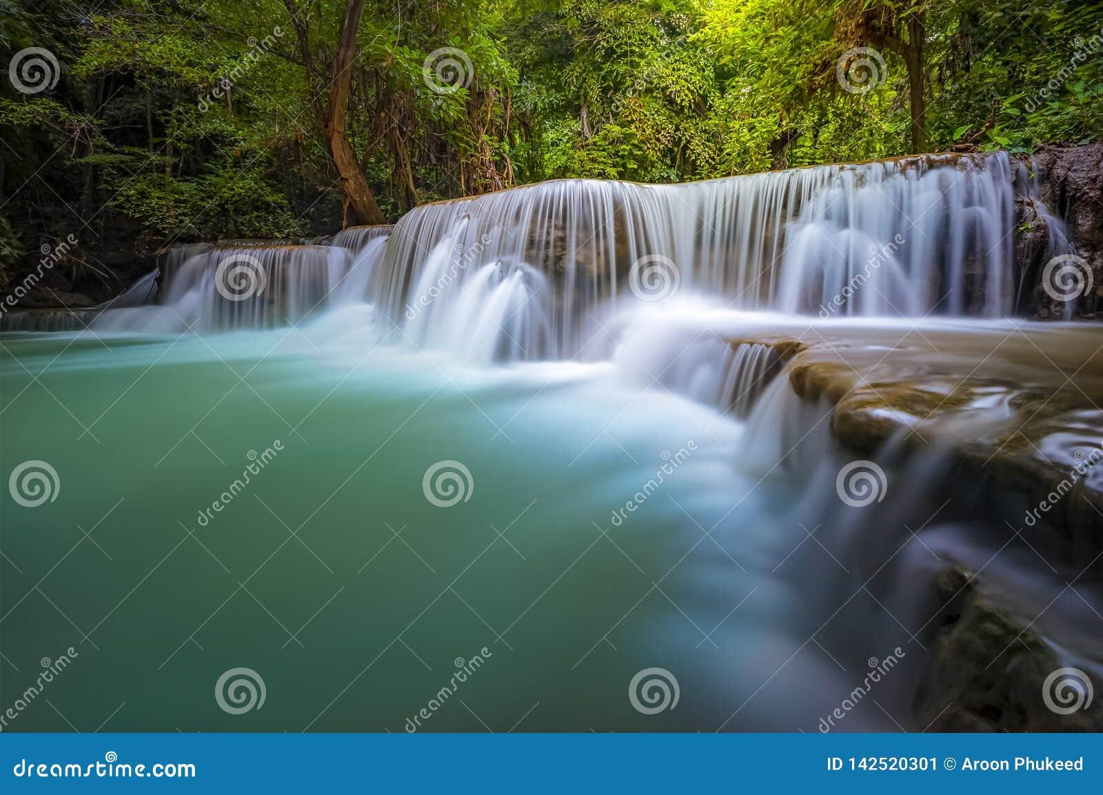 Landskap av den Huai Mae Kamin vattenfallet