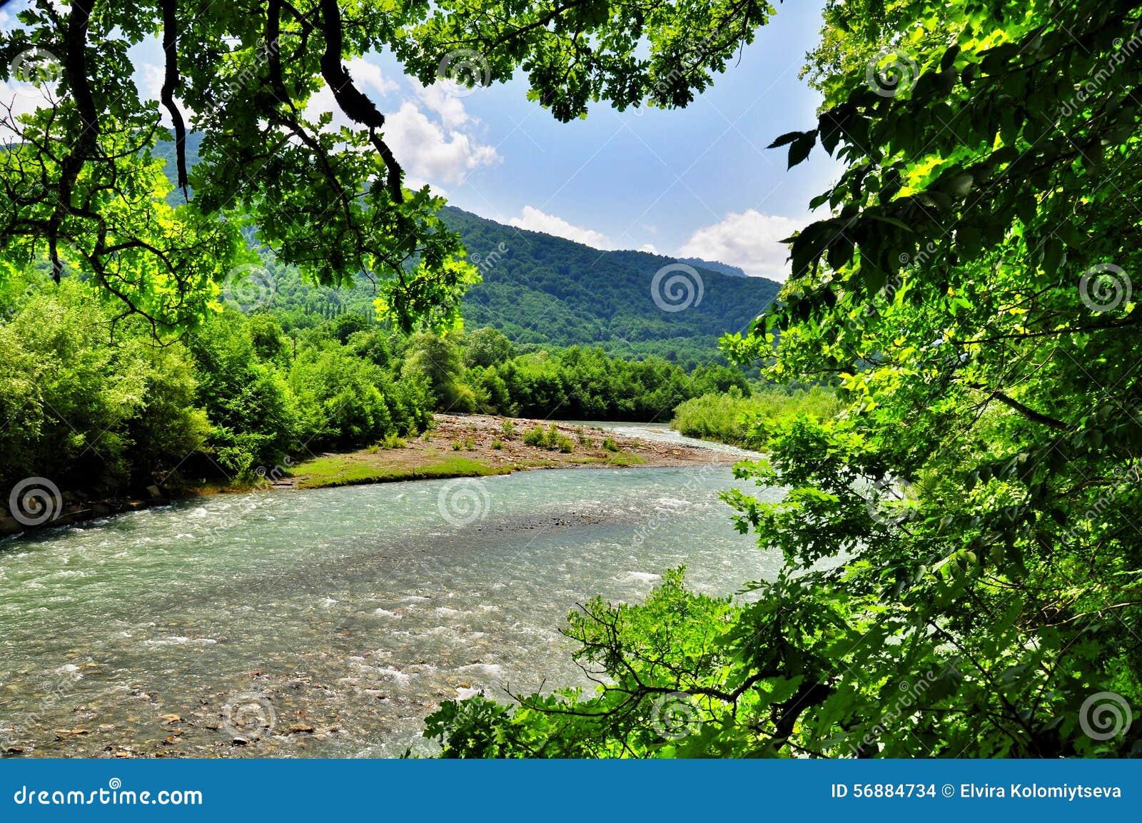 Landskap av den snabba floden Malaya Laba
