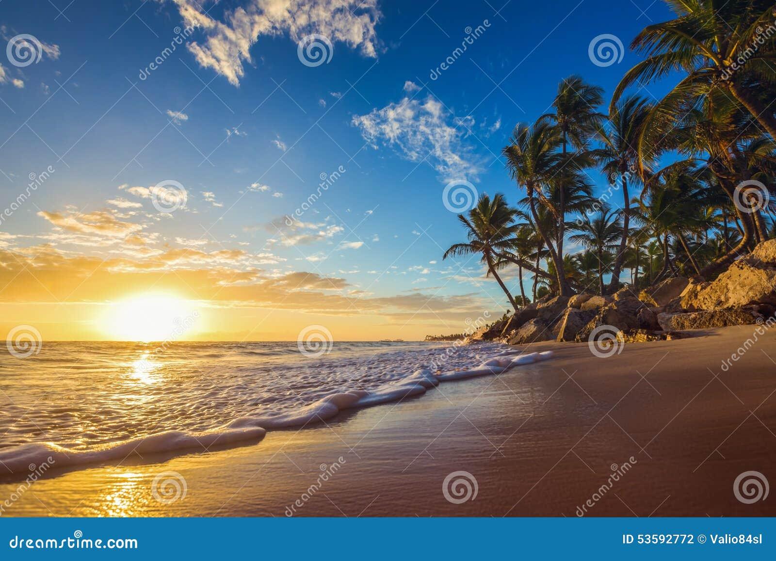 Landskap av den tropiska östranden för paradis, soluppgångskott