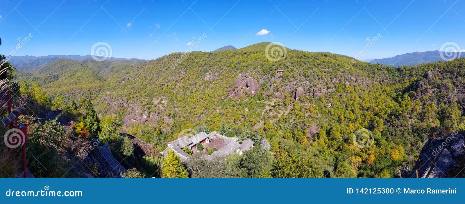 Landskap av monteringen Shibao med dess grottatempel, Yunnan, Kina