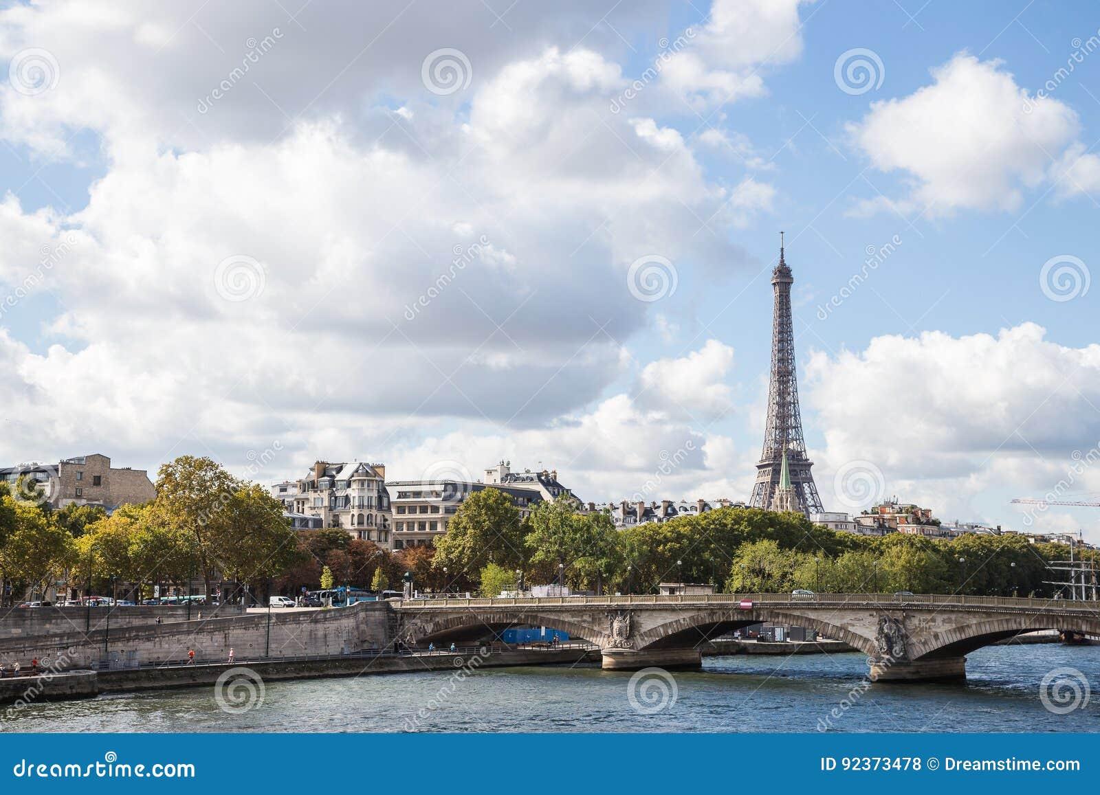 Landskap av Paris: sikt av la Seine och Eiffeltorn i eftermiddagsol