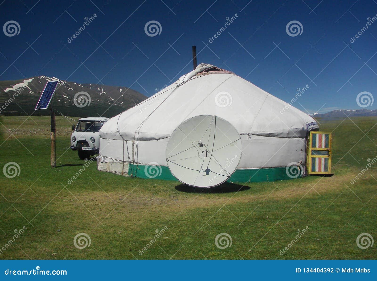 Landskap av traditionella nomad- hem för yurt för västra Mongolians på stäppen med härlig blå himmel
