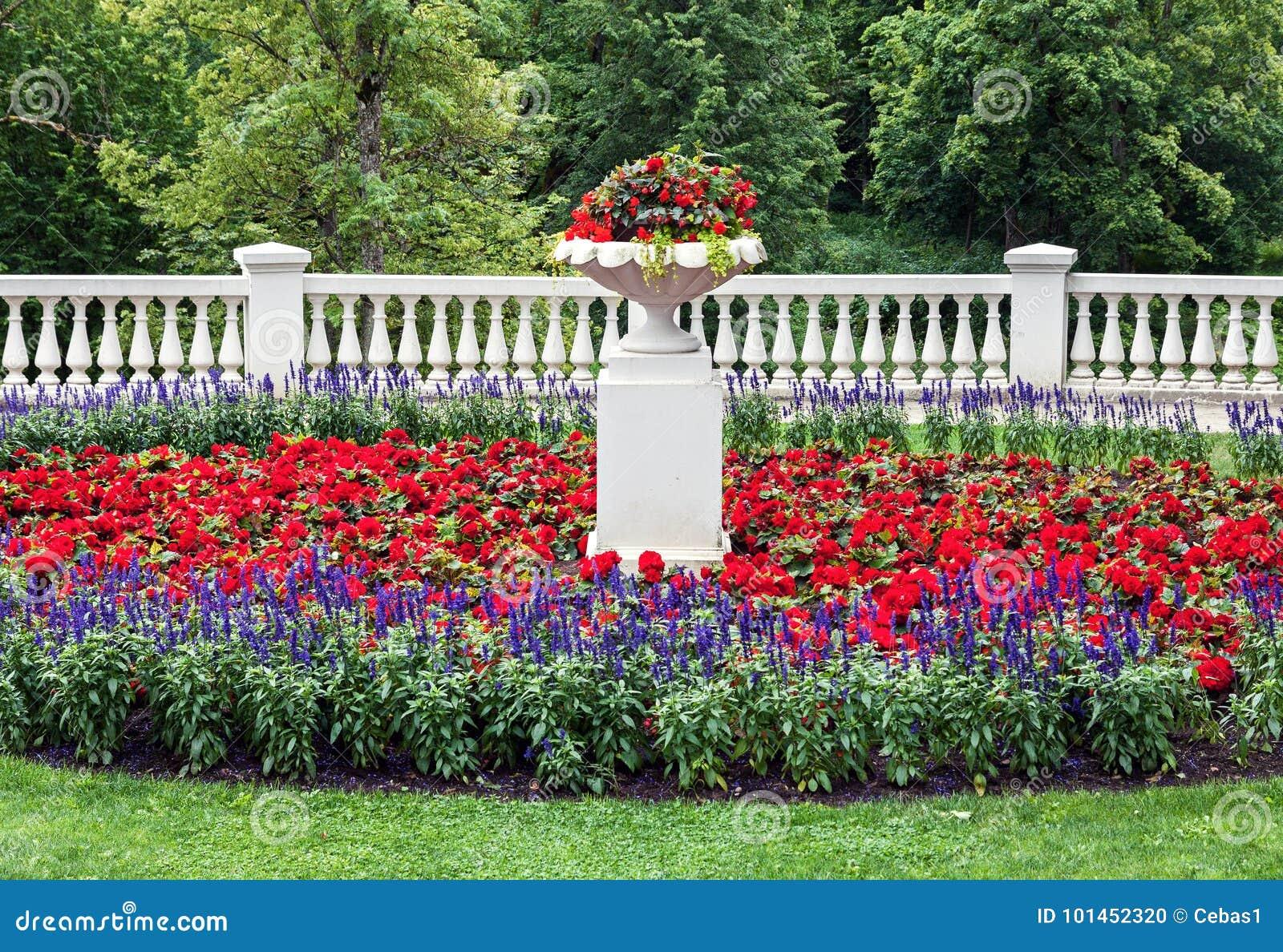 Landskap blomsterrabatt med klassiska arkitekturdetaljer