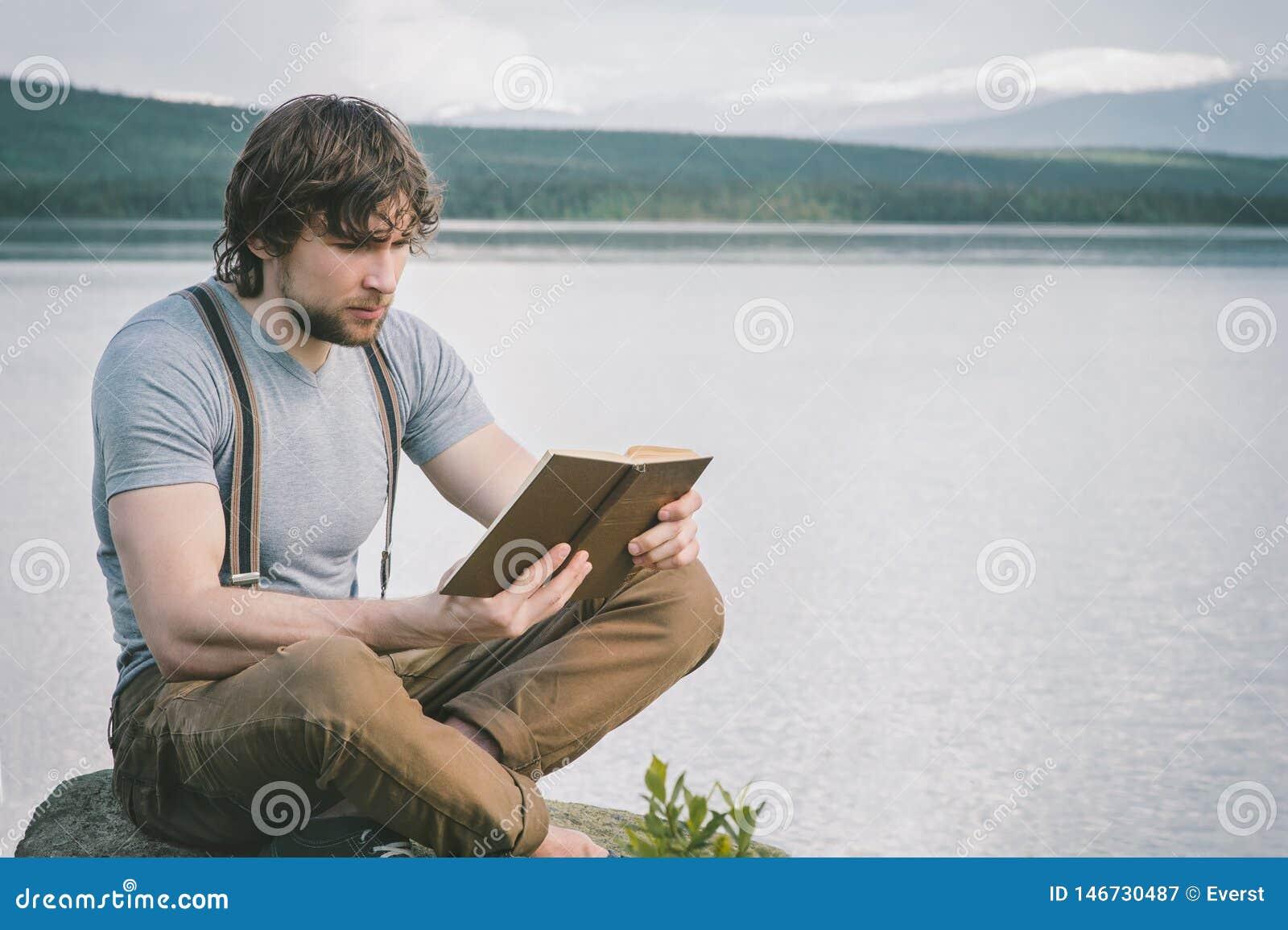 Landskap för sjö och för berg för intelligent manläsebok utomhus-