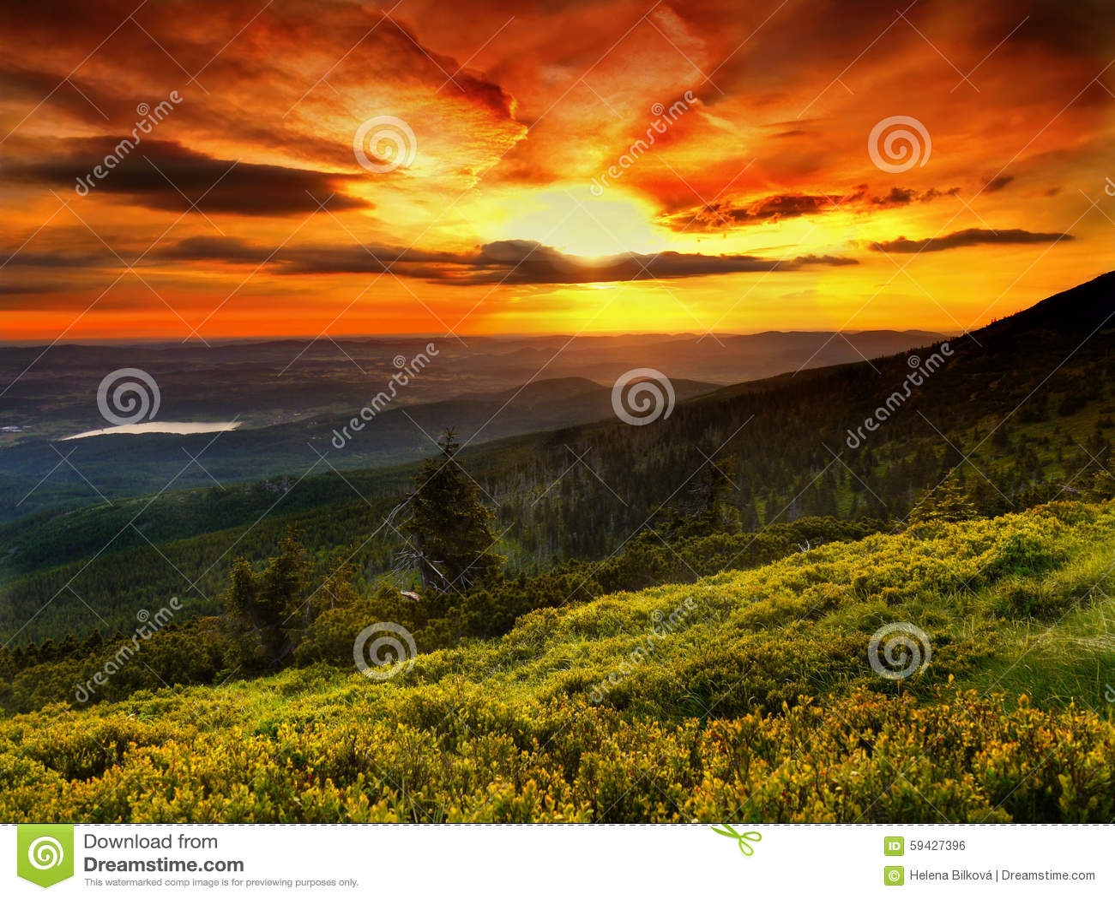 Landskap magiska färger, soluppgång, bergäng