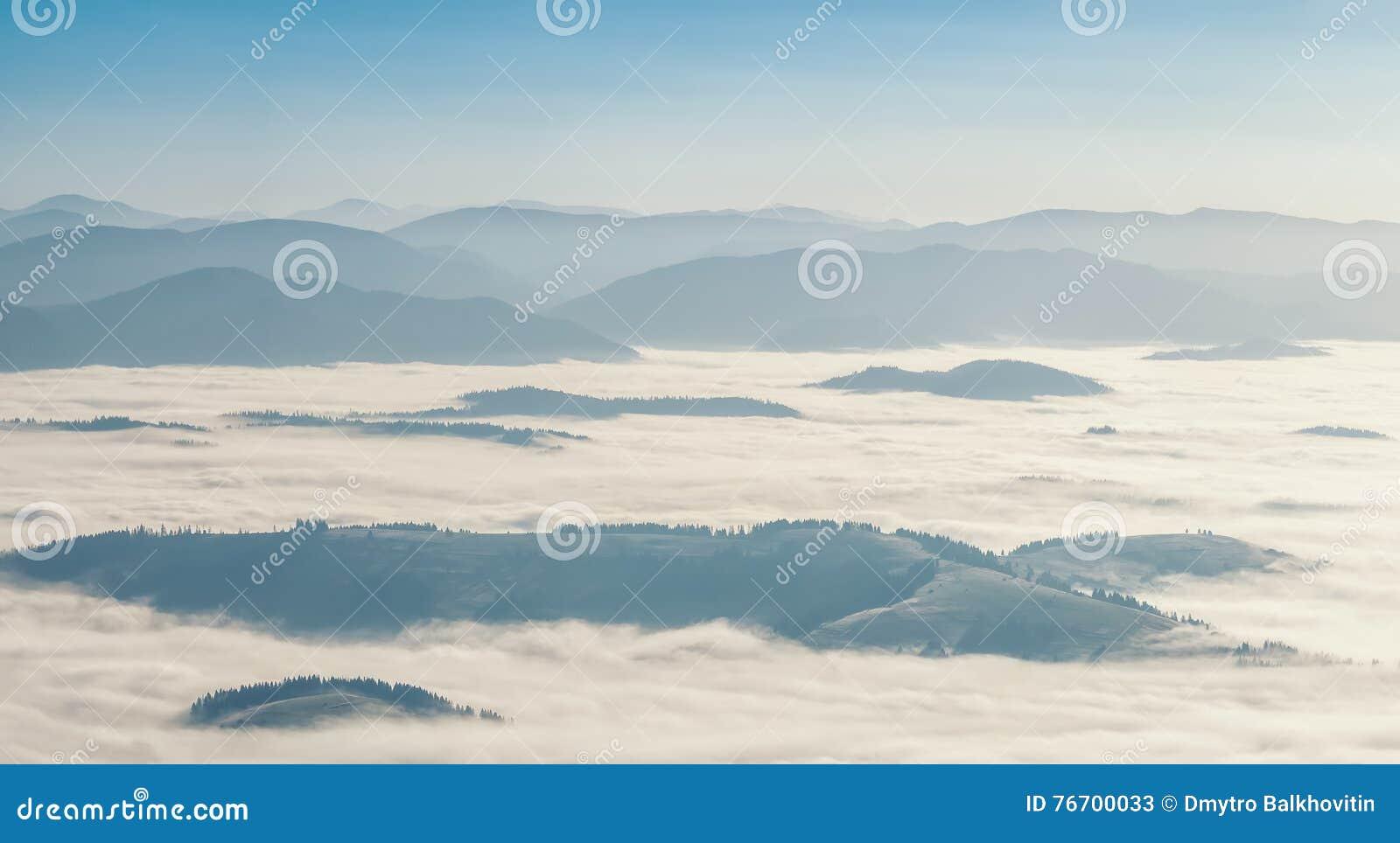 Landskap med dimma i dalen