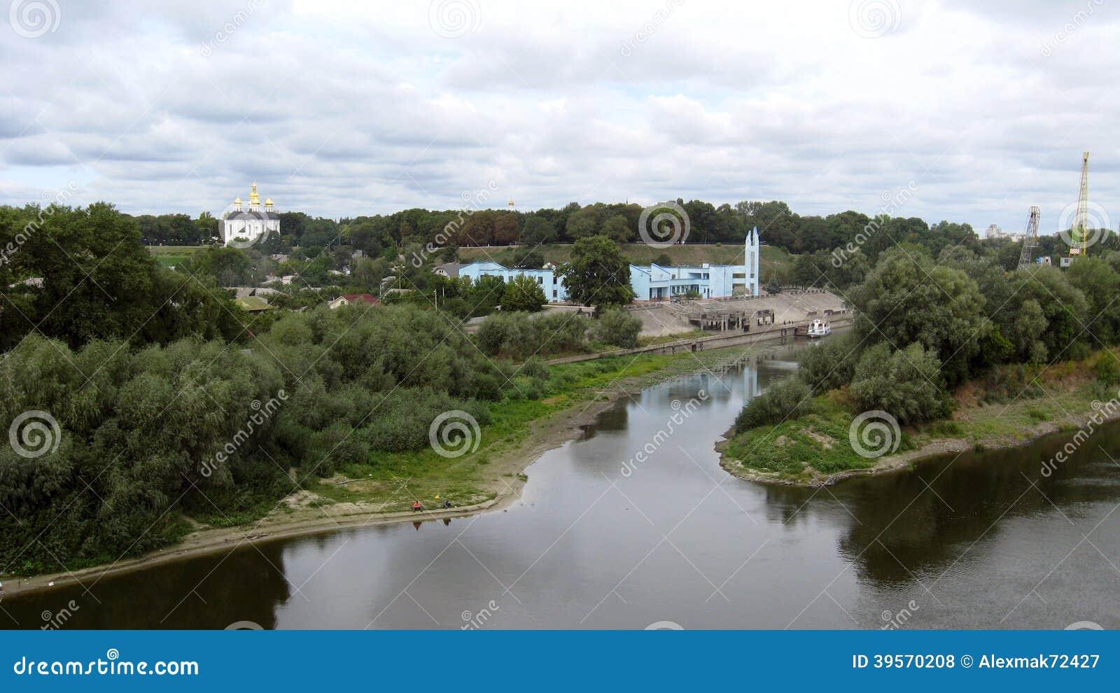 Landskap med grå färgmoln och den Desna floden