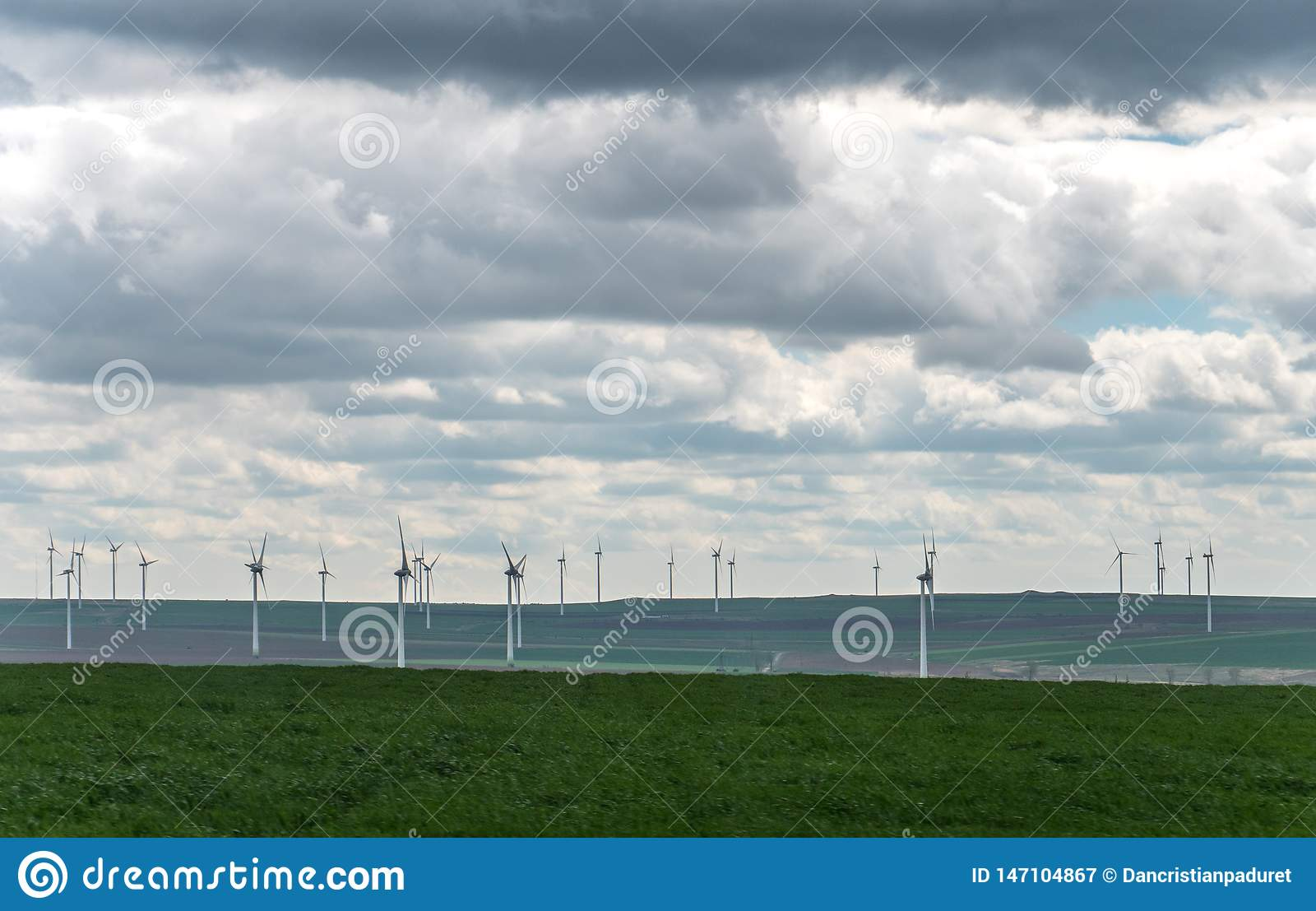 Landskap med ?kerbruka f?lt och gr?nomr?den p? en Sunny Day med molnig himmel