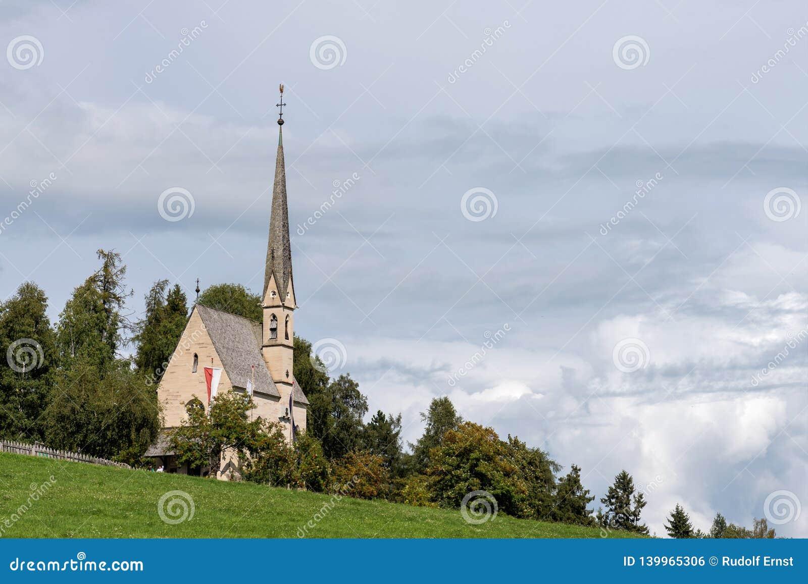 Landskap med lite byn i södra Tyrol, Renon-Ritten region, Italien