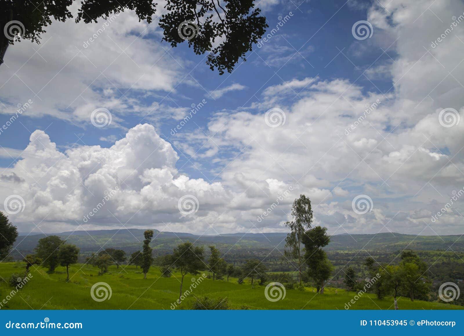 Landskap med vitmoln och blå himmel, Wai