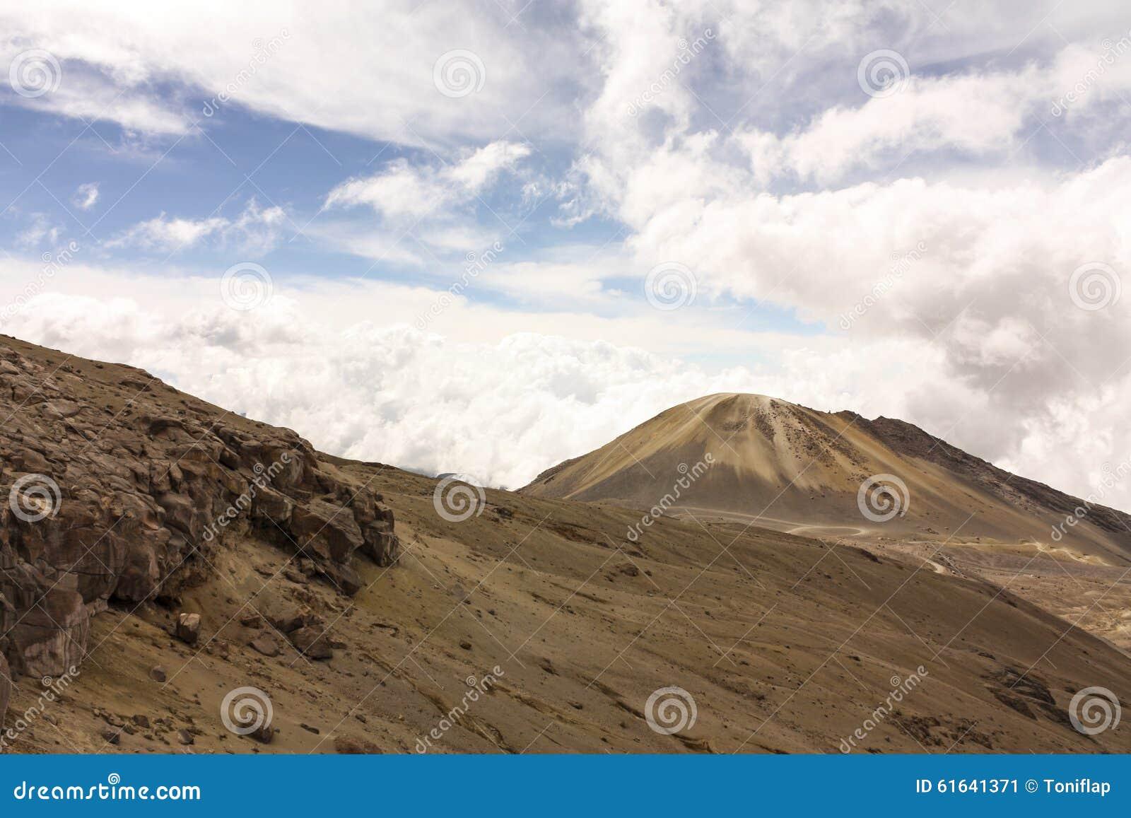 Landskap med vulkan hed Den naturliga medborgare parkerar snow _