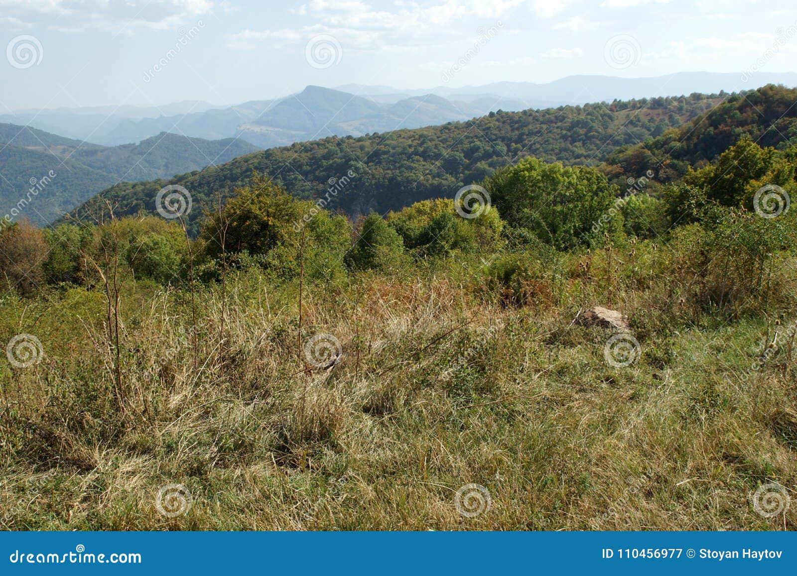 Landskap nära den Glozhene kloster, Stara Planina bergBalkan berg, Lovech region, Bulgarien