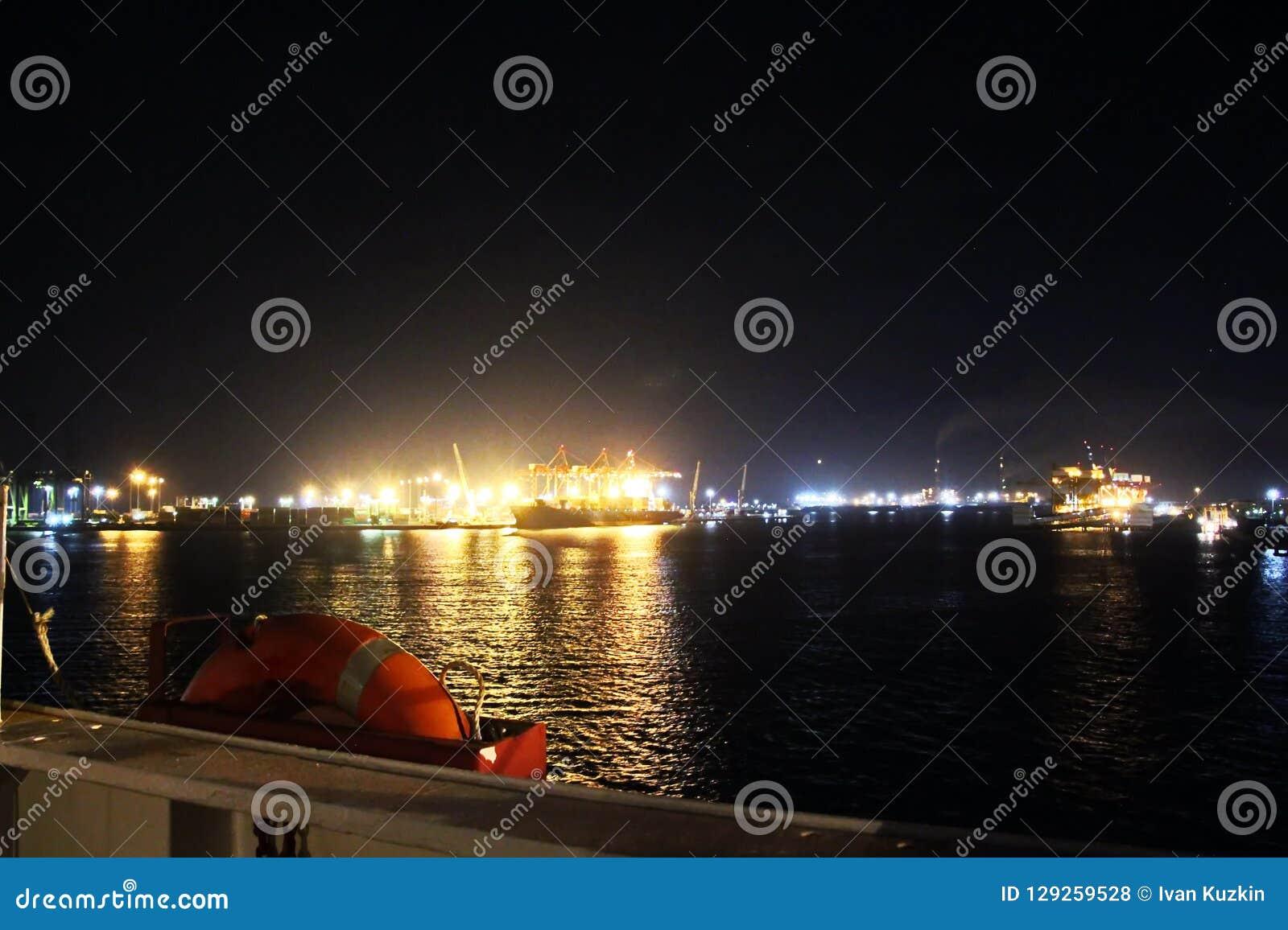 Landskap, panoramautsikter av kustlinjen och porten från skeppet på ankaret och i port