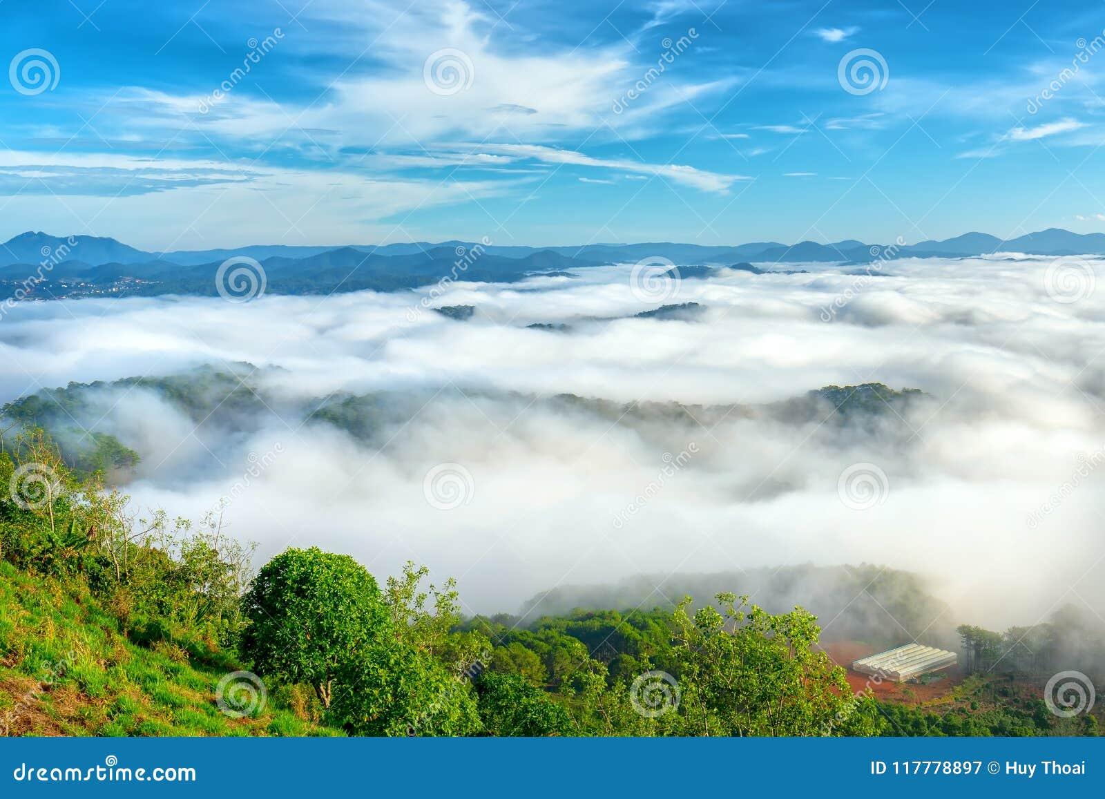 Landskapmorgondimma täckte dalen