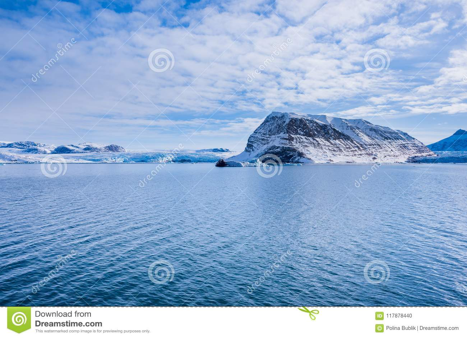 Landskapnatur av bergen av solnedgången för dag för vinter Spitsbergen Longyearbyen Svalbard för arktiskt hav den polara