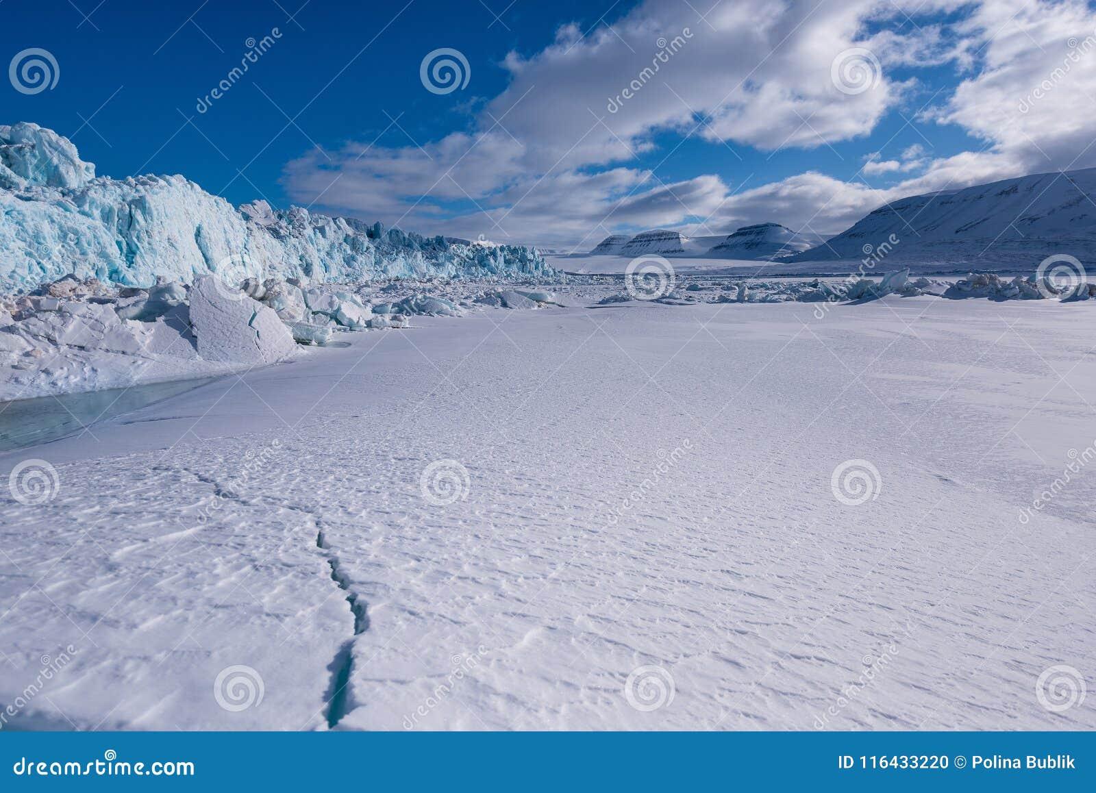 Landskapnatur av glaciärberget av dagen för solsken Spitsbergen Longyearbyen Svalbard för arktisk vinter den polara