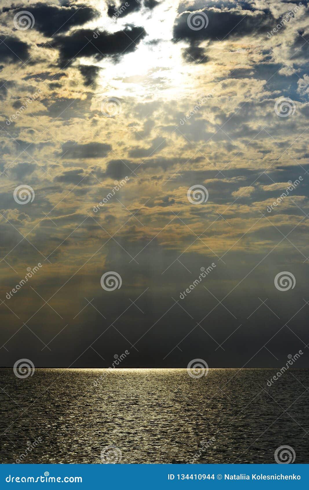 Landskapsikt av inställningssolen över havet
