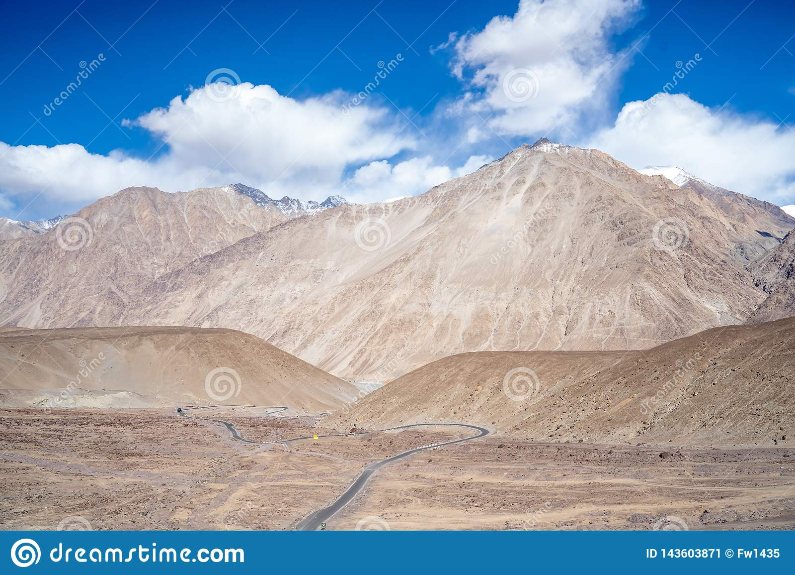 Landskapsikten av Leh geografi Berg, v?g, himmel och sn? Leh Ladakh, Indien