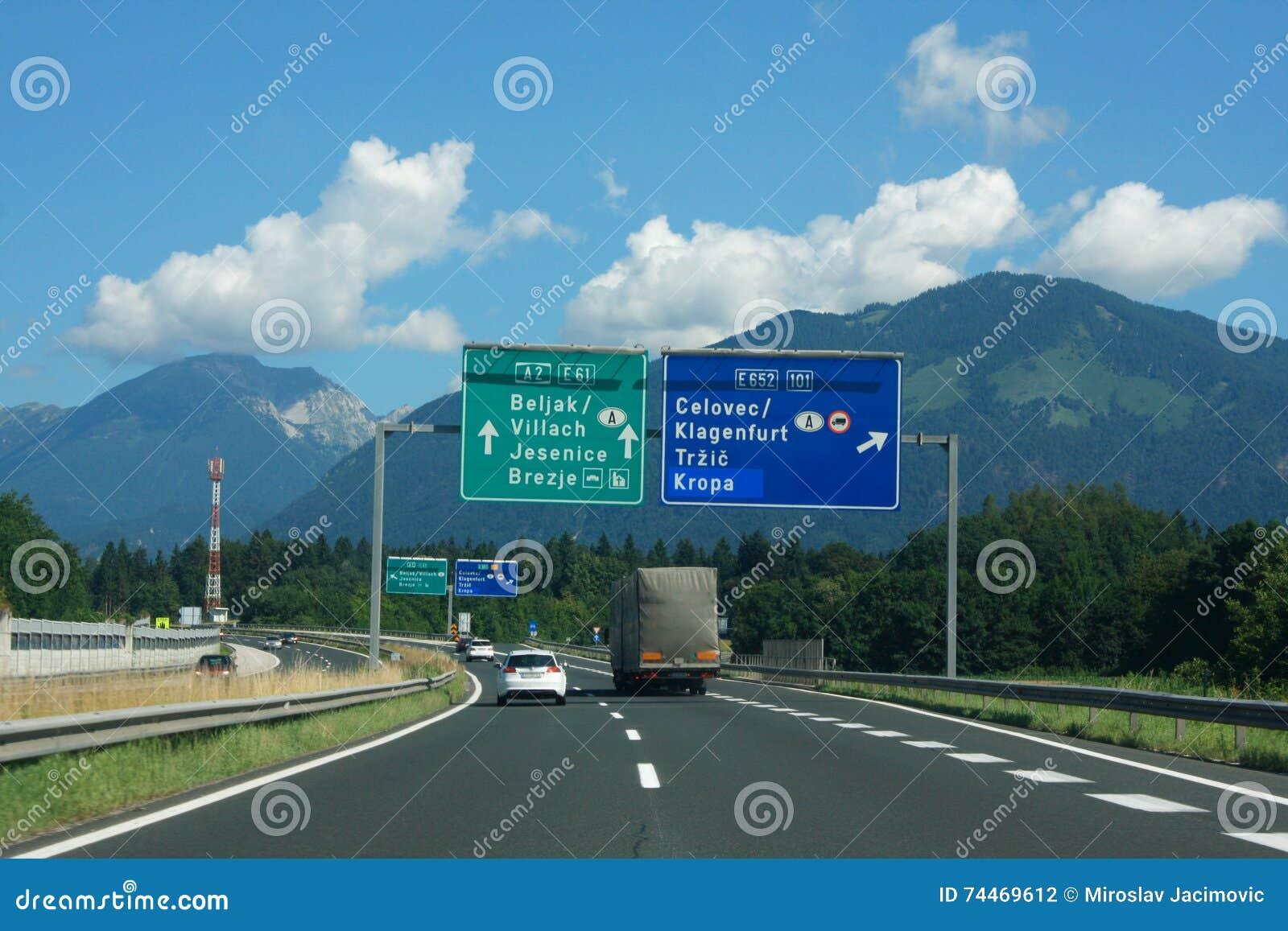 Landstraße im slowenisch Apennines