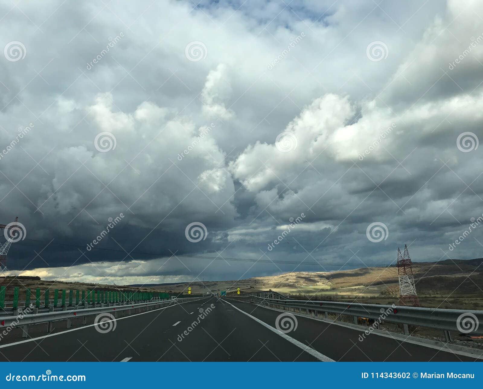 Landstraße und Himmel mit Wolken