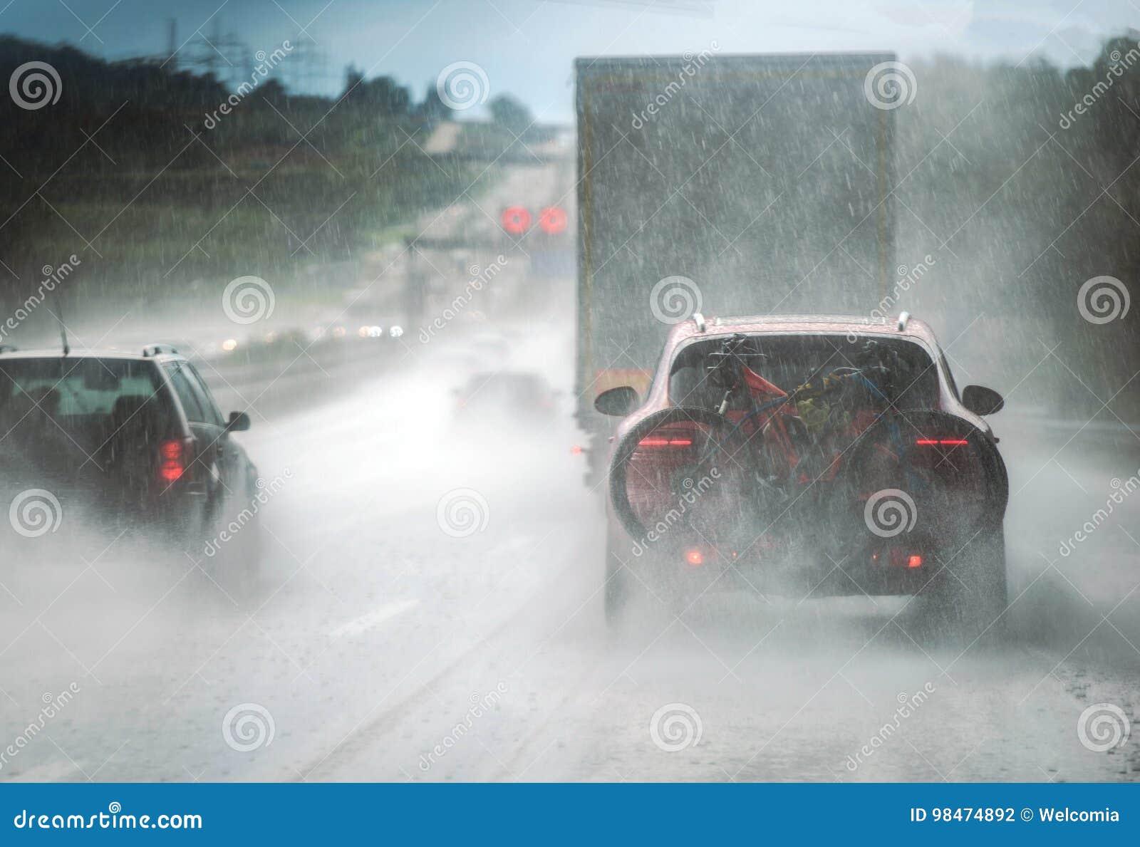 Landstraßen-Verkehr des starken Regens