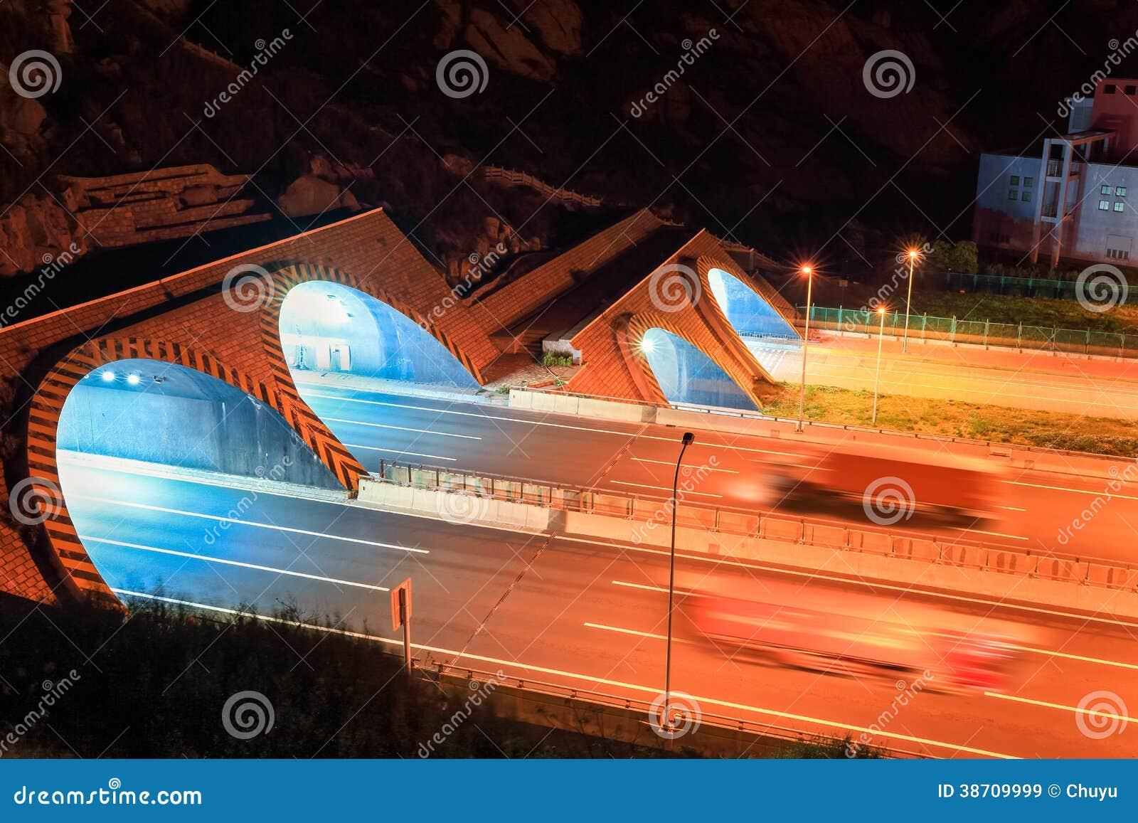 Landstraßentunnel nachts