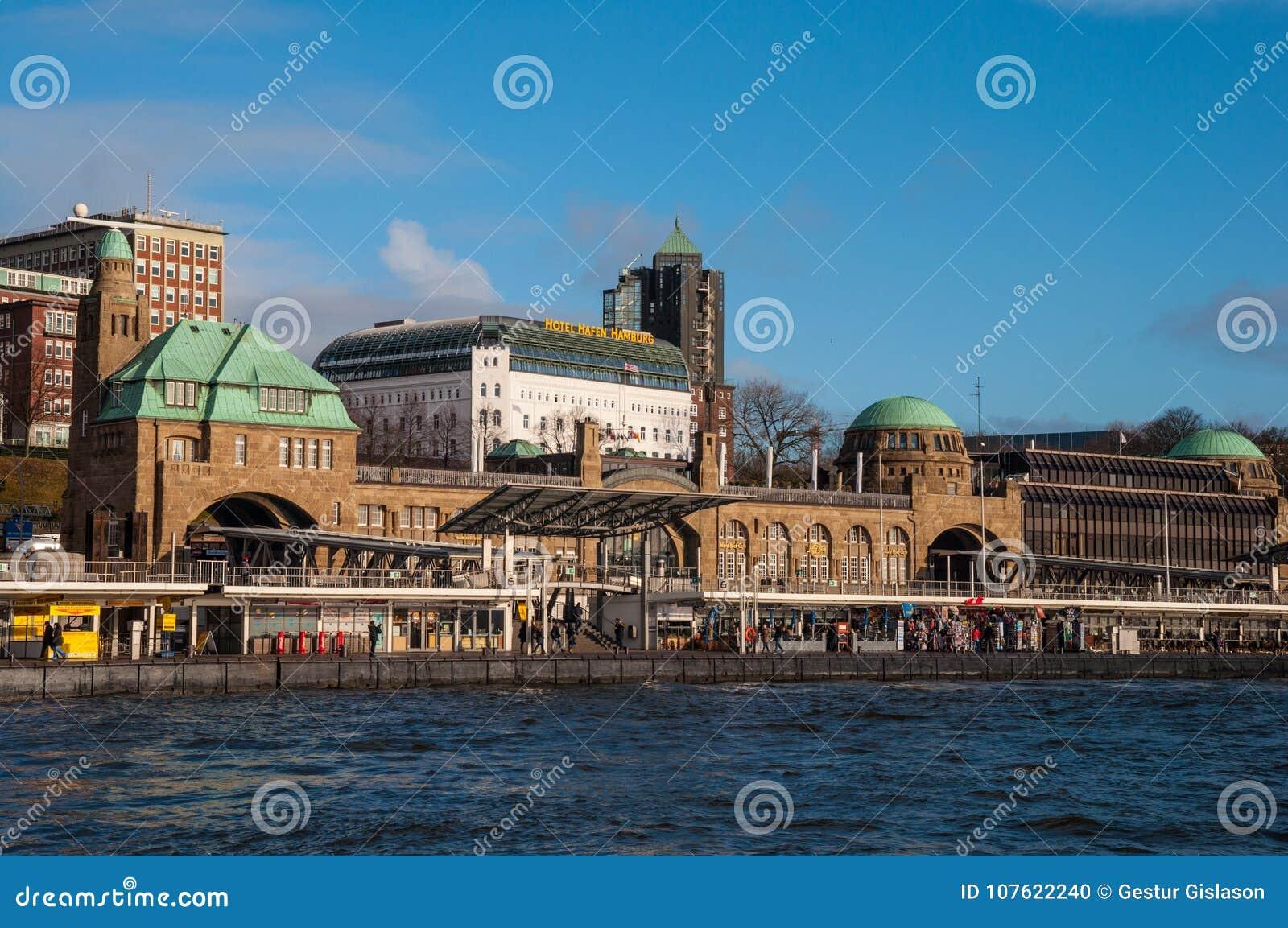 Landungsbrucken pir i den Hamburg Tyskland