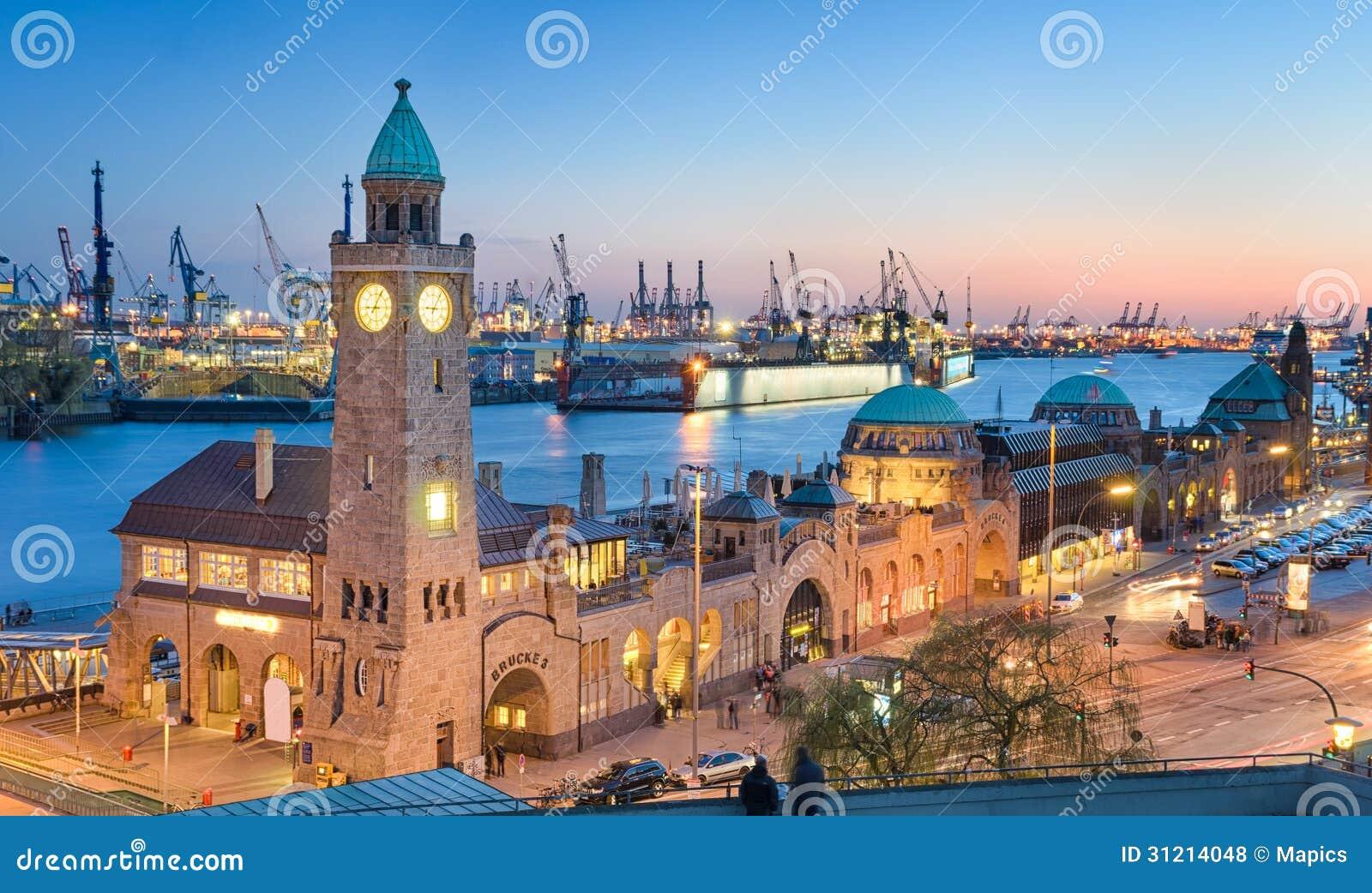 Landungsbruecken och hamnen i Hamburg, tysk