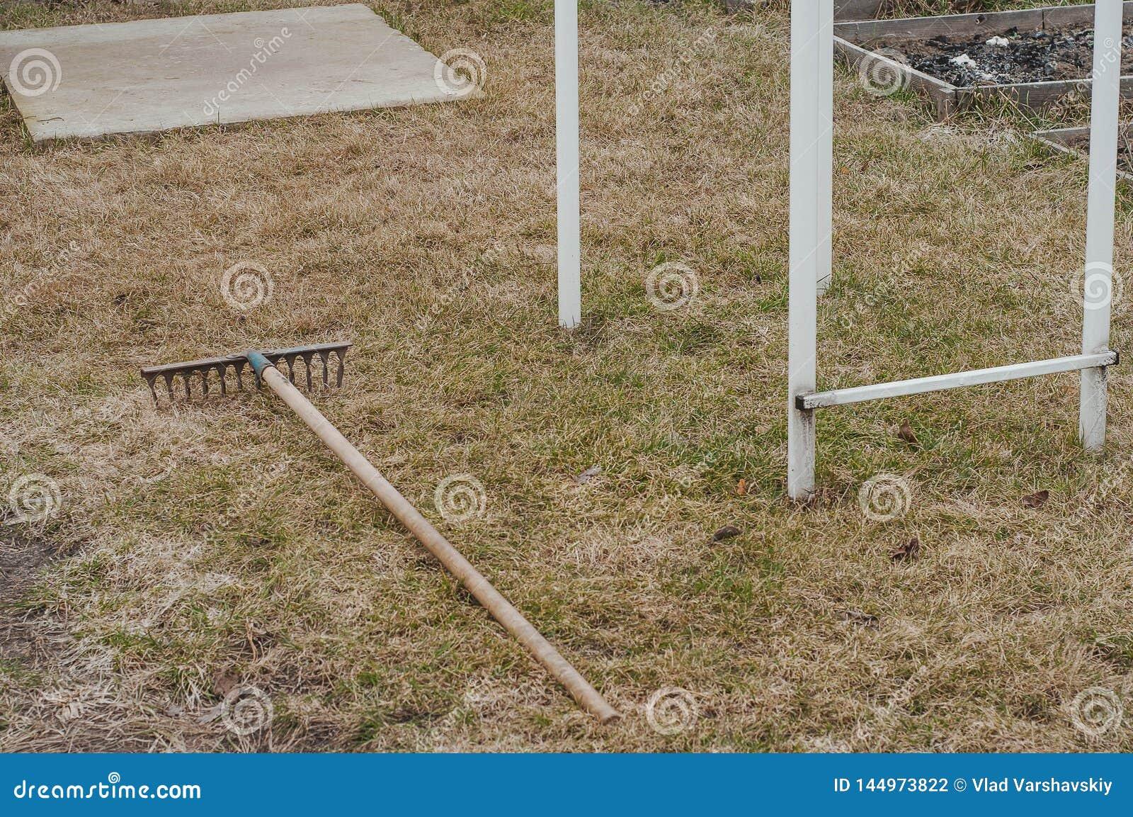 Landvoorbereiding van een privé perceel voor het planten van vers gras