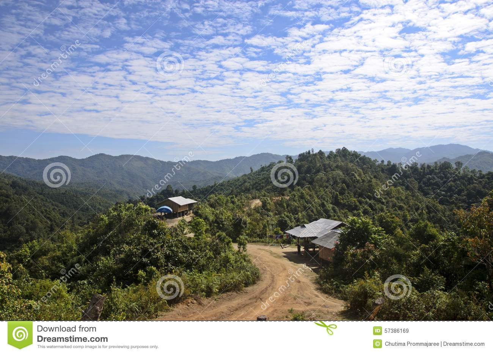 Landweg aan klein dorp
