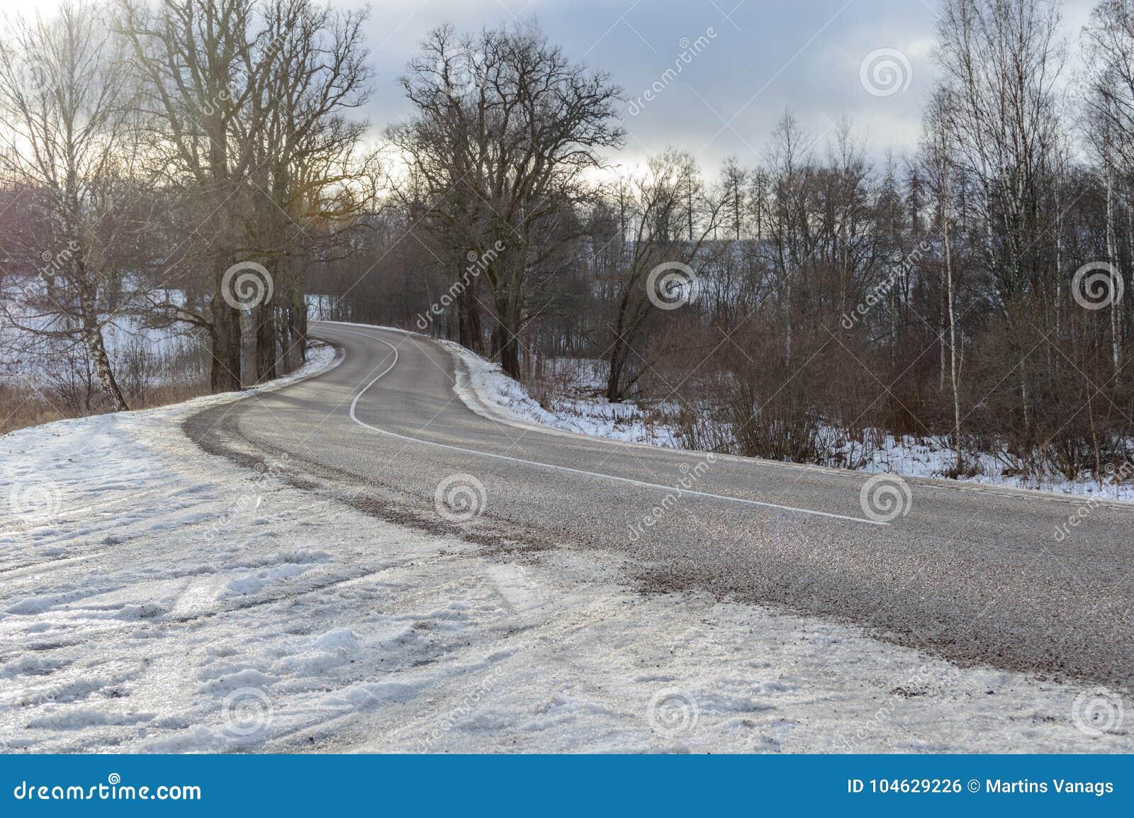 Download Landweg in de winter stock foto. Afbeelding bestaande uit slepen - 104629226