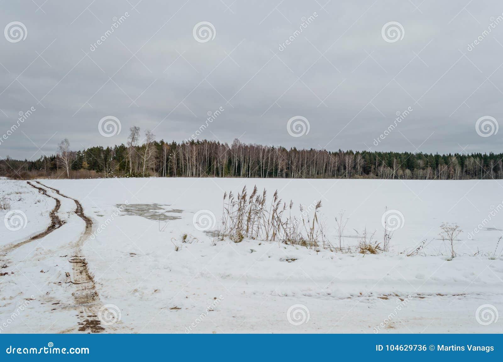 Download Landweg in de winter stock foto. Afbeelding bestaande uit zand - 104629736