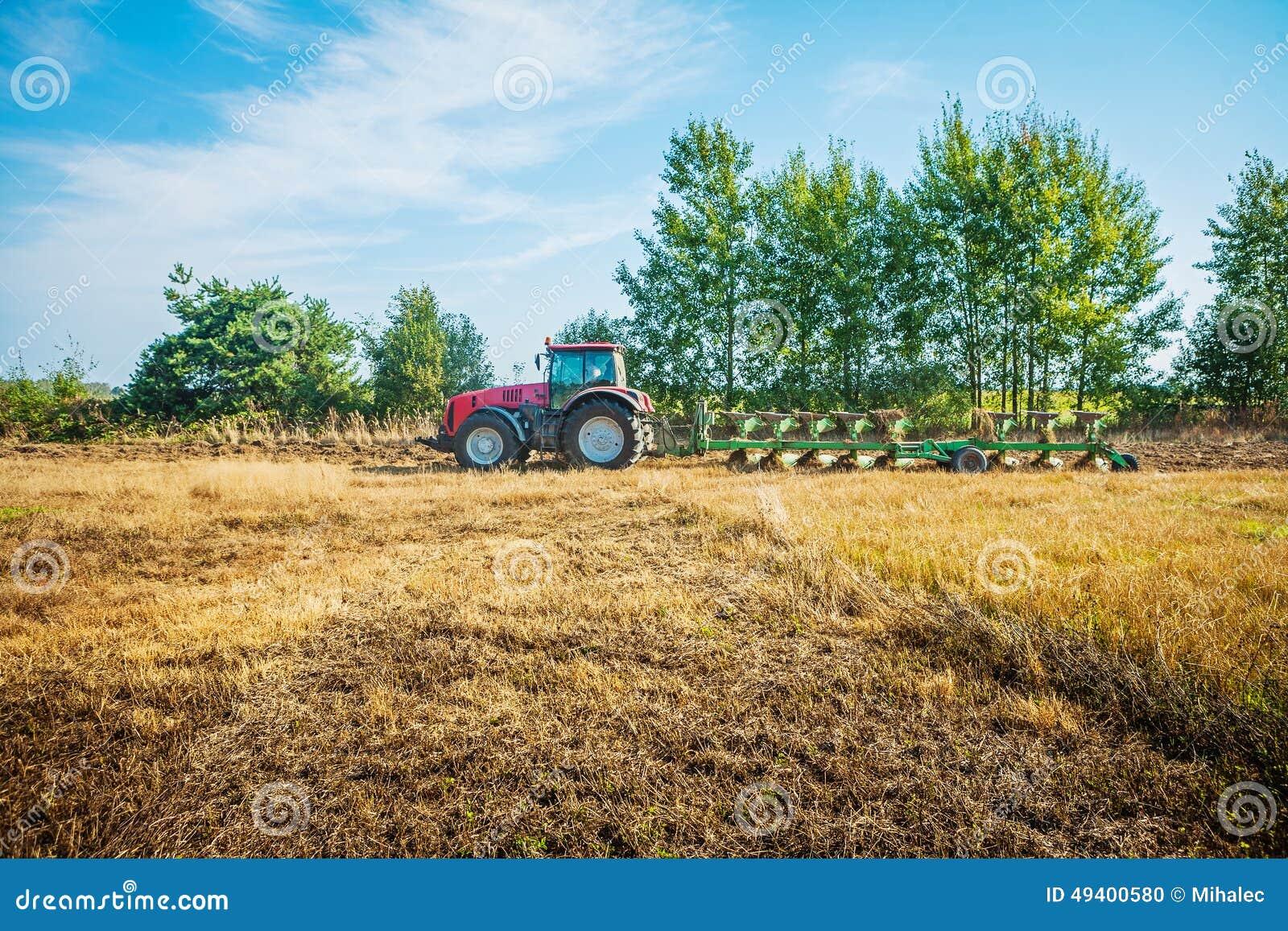 Download Landwirtschaftlicher Verarbeitungstraktor, Der Feld Pflügt Stockfoto - Bild von leistungsfähigkeit, industrie: 49400580