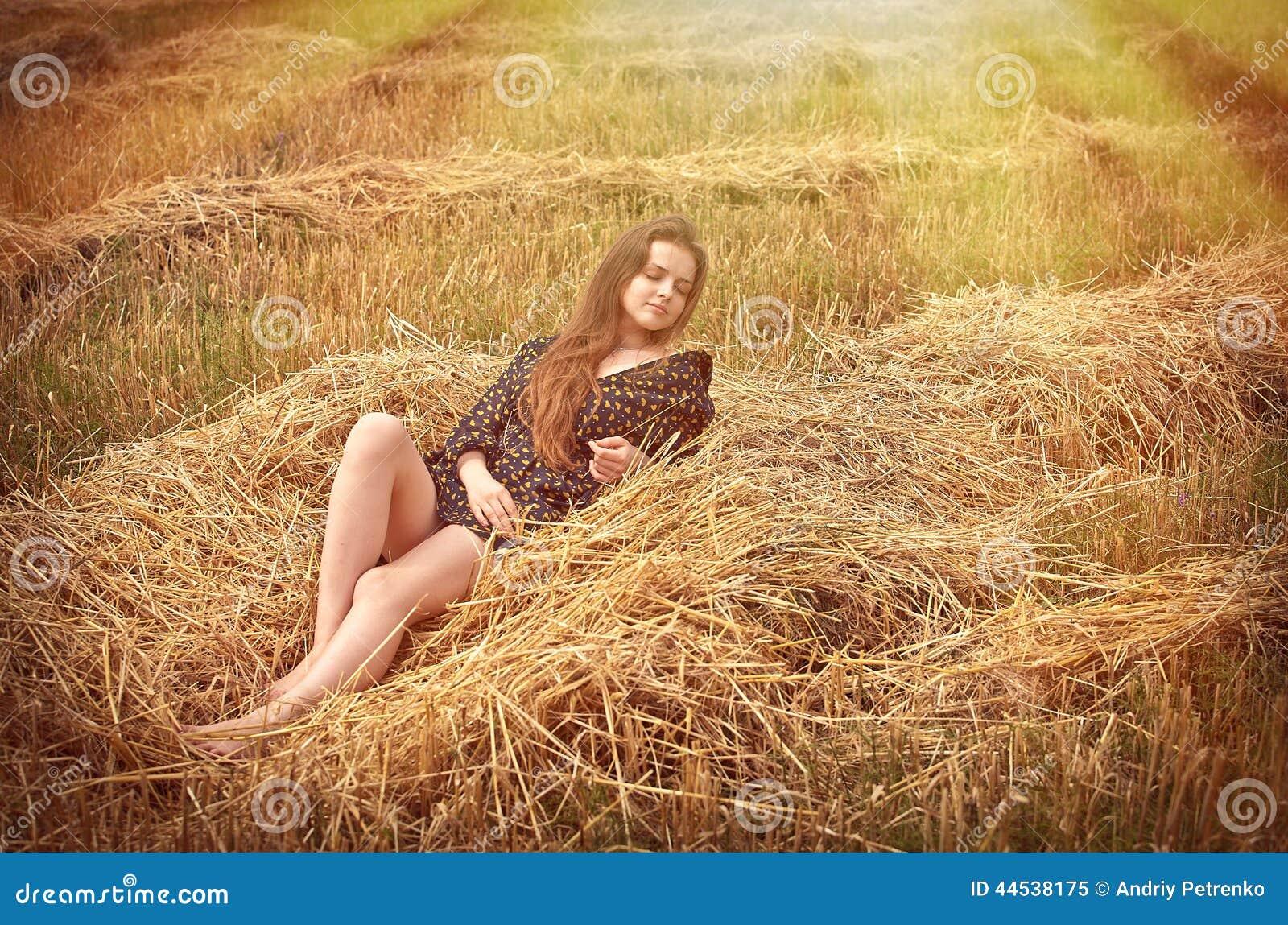 Landwirtschaftliches Mädchen auf dem Gebiet